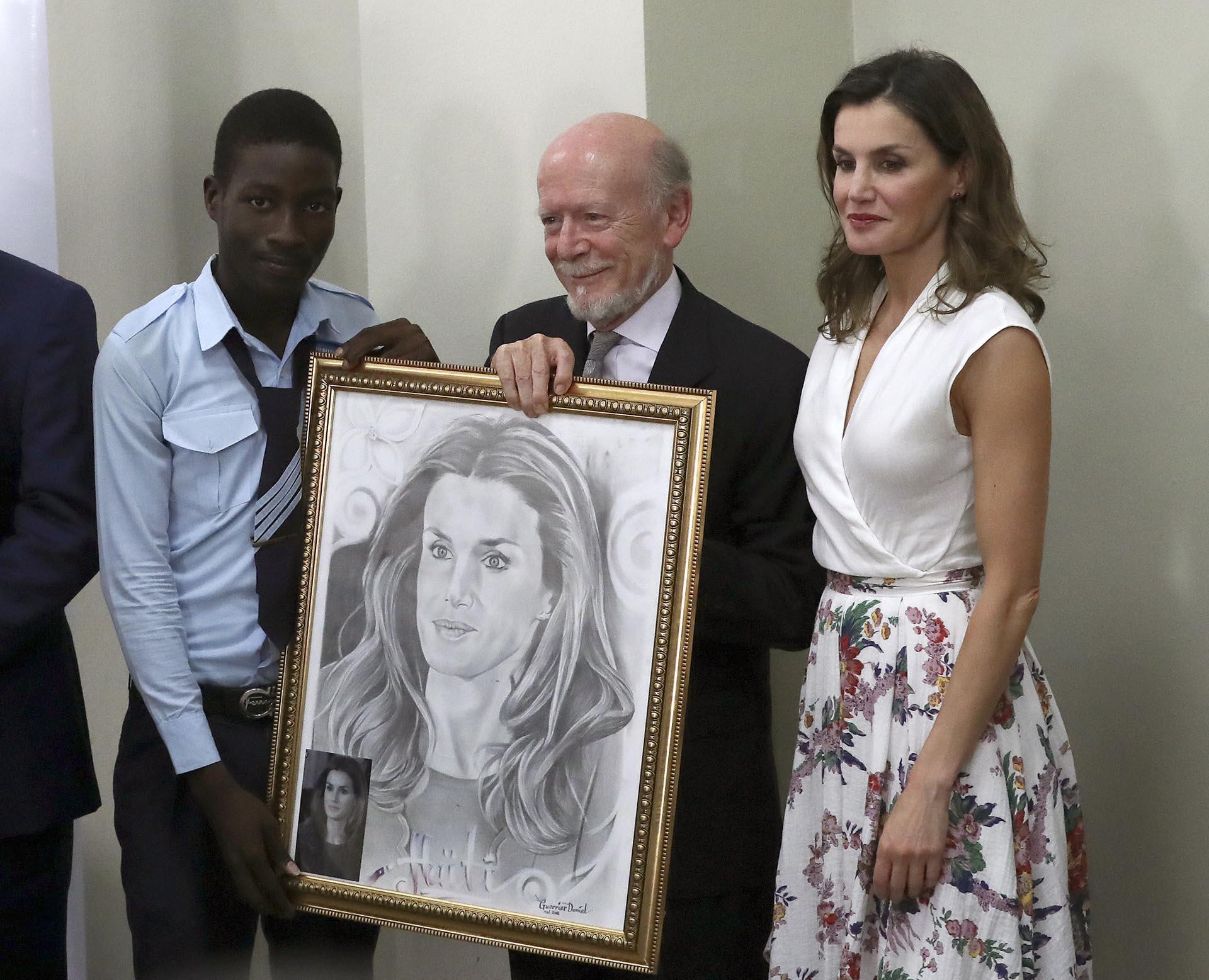 La monarca junto a su retrato