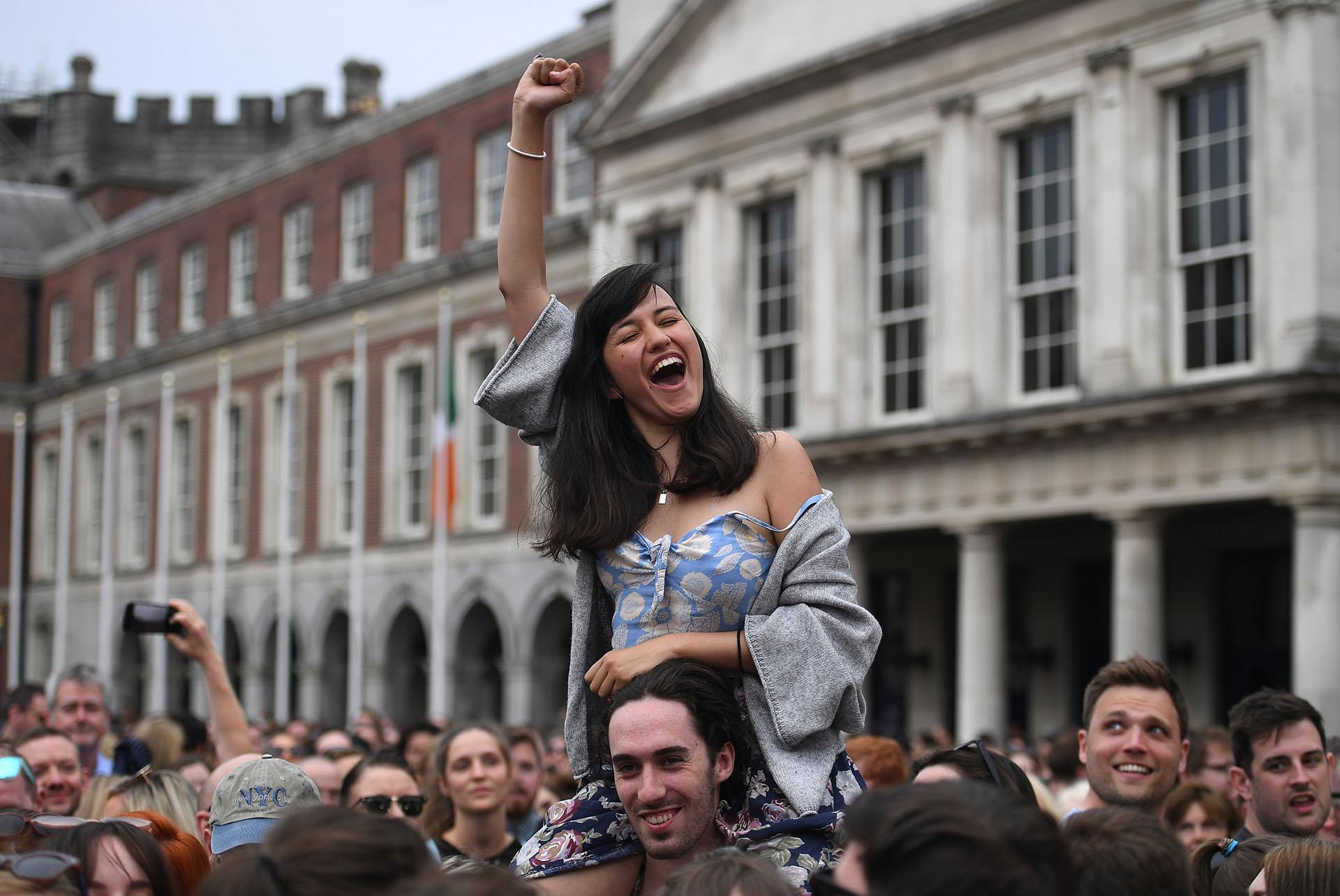 Miles de personas celebraron en Dublin los resultados del referéndum que resultó a favor de la legalización del aborto (REUTERS/Clodagh Kilcoyne)
