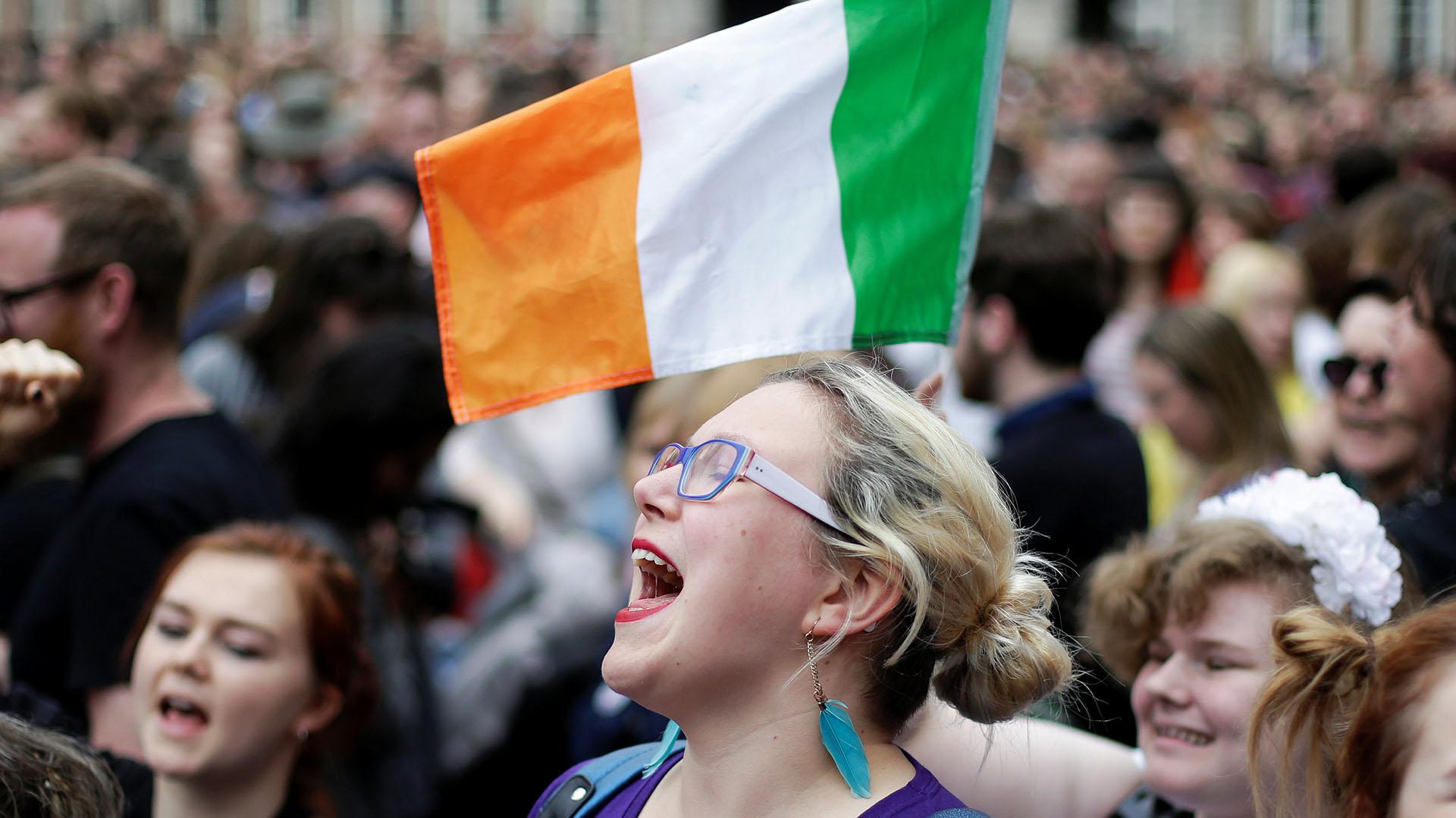 Una mujer junto a una bandera de Irlanda, en los festejos en Dublin por la legalización del aborto (REUTERS/Max Rossi)