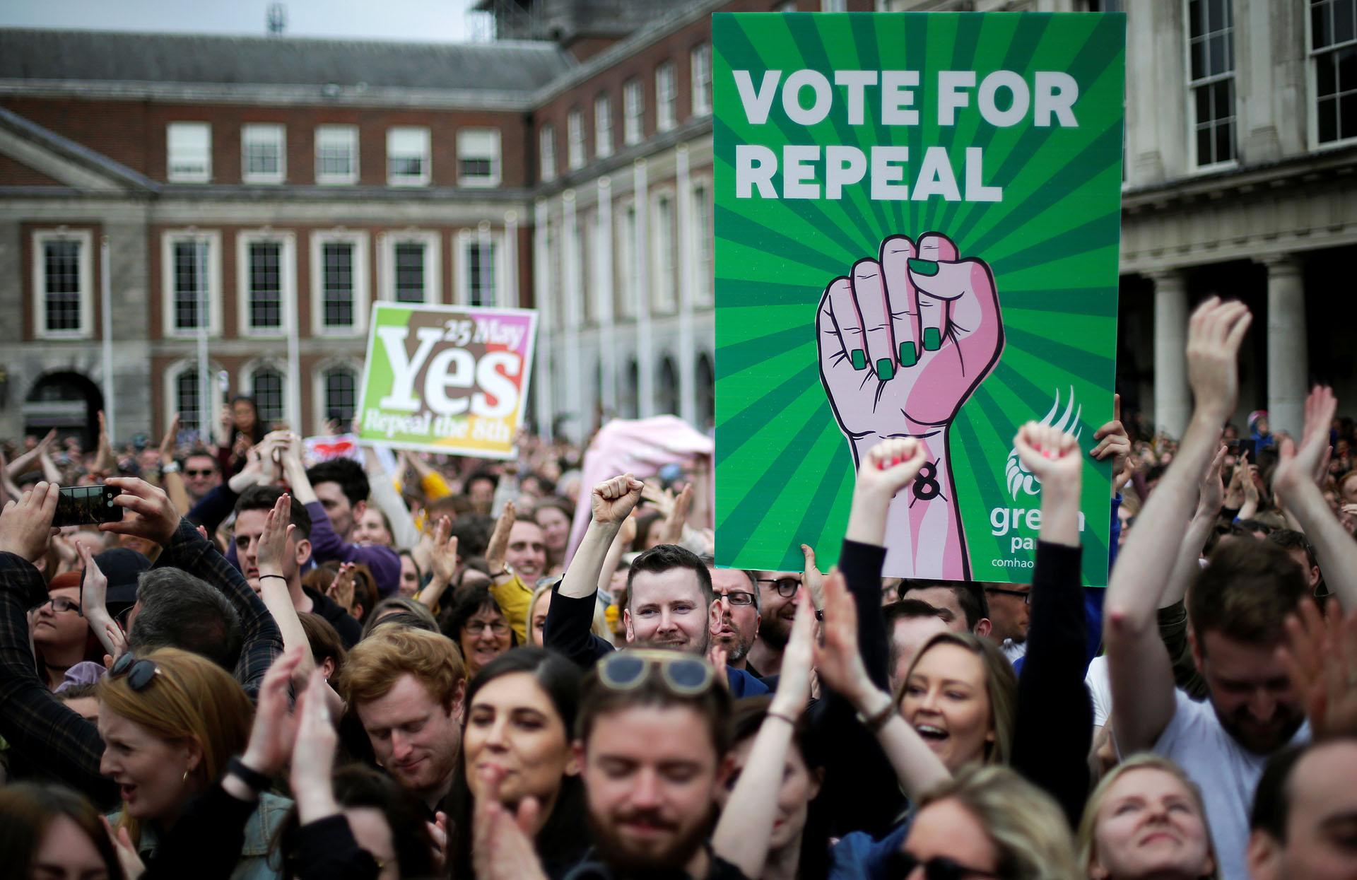 """""""Vote for repeal"""", la consigna de la campaña por el Sí, para derogar la enmienda que equiparaba las vidas del feto y de la mujer (REUTERS/Max Rossi)"""