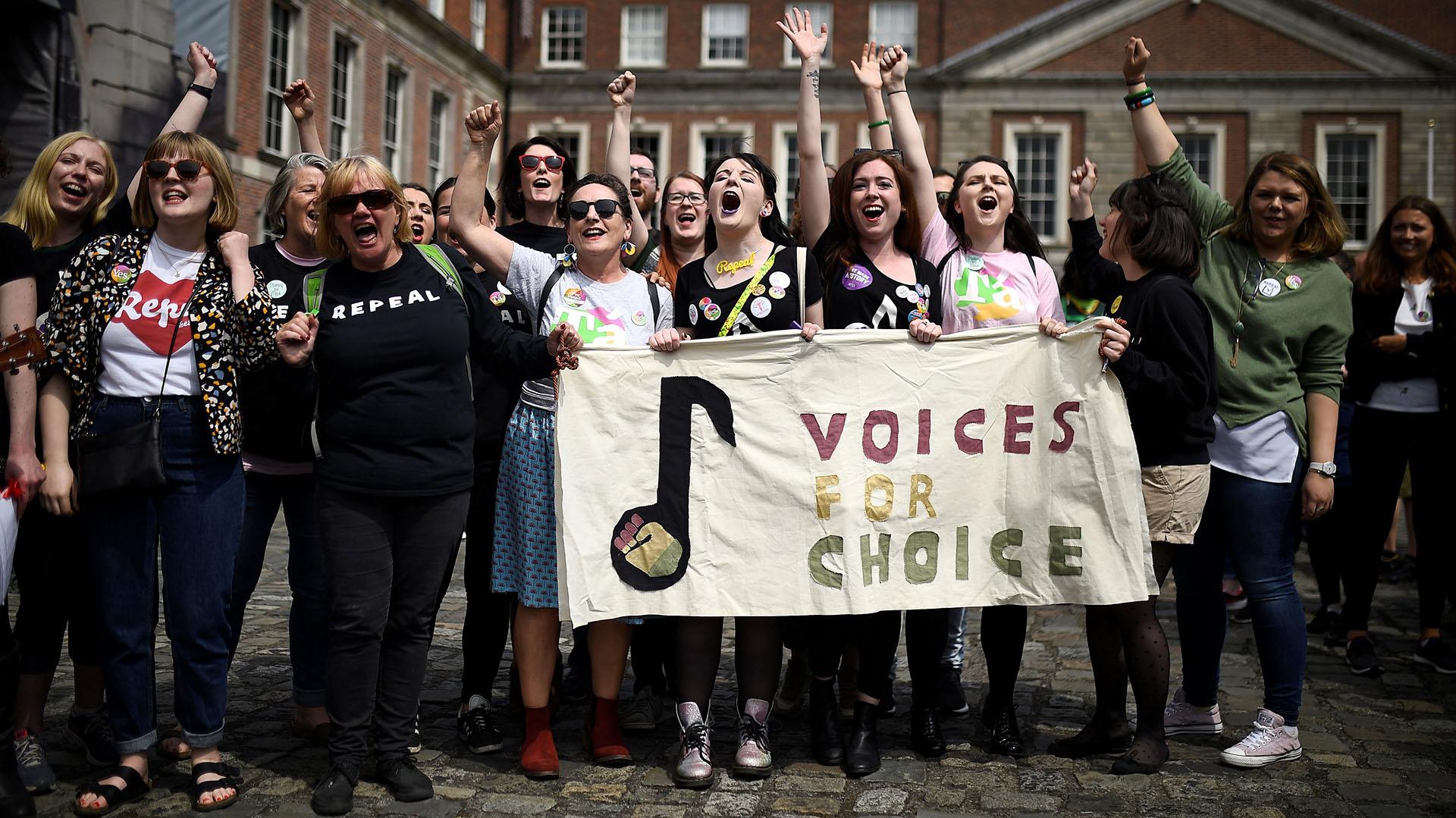Mujeres en las celebraciones de la liberalización de la ley de aborto en Irlanda (REUTERS/Clodagh Kilcoyne)