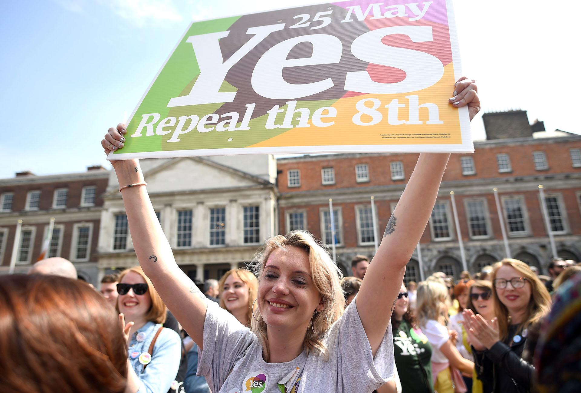 Una mujer sostiene un cartel con la consigna Si, a favor de la legalización del aborto (REUTERS/Clodagh Kilcoyne)
