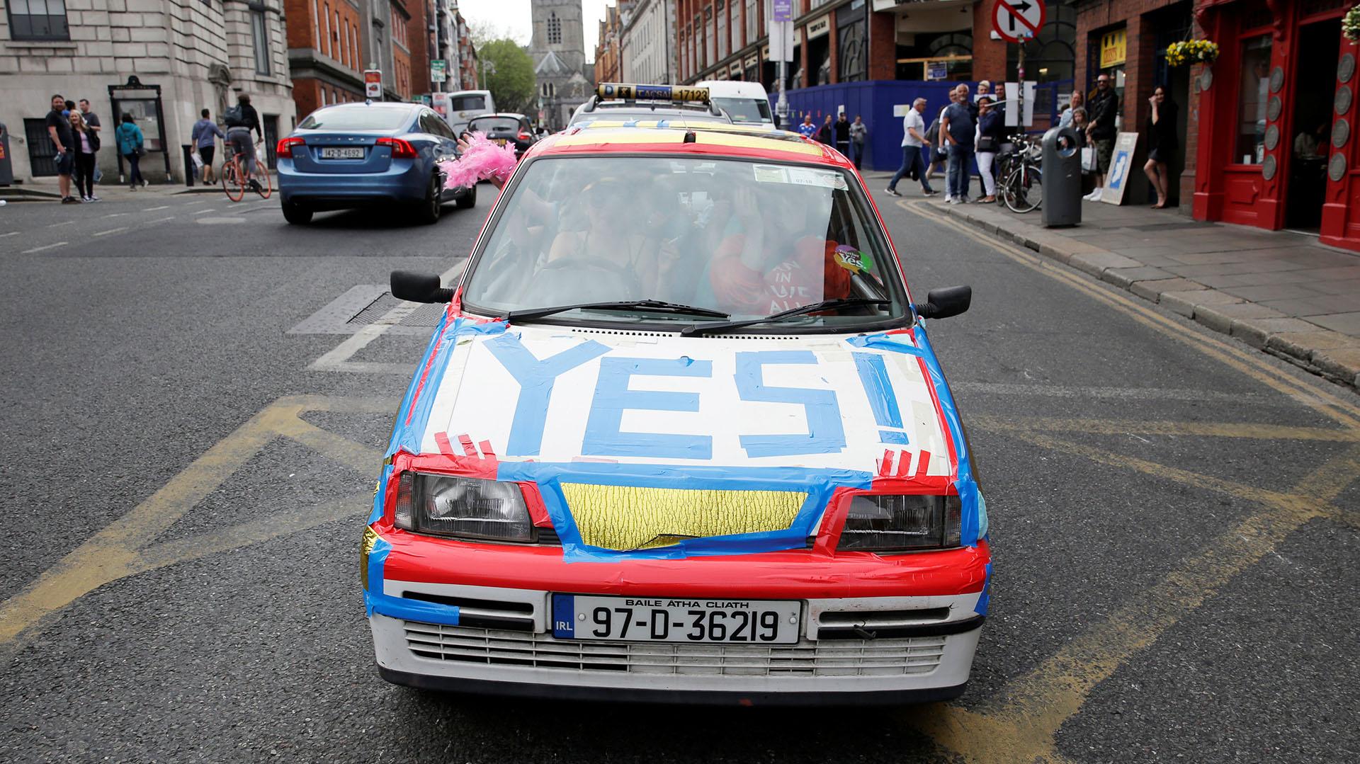 Un automóvil decorado en favor de la liberalización de la ley de aborto en Irlanda (REUTERS/Max Rossi)