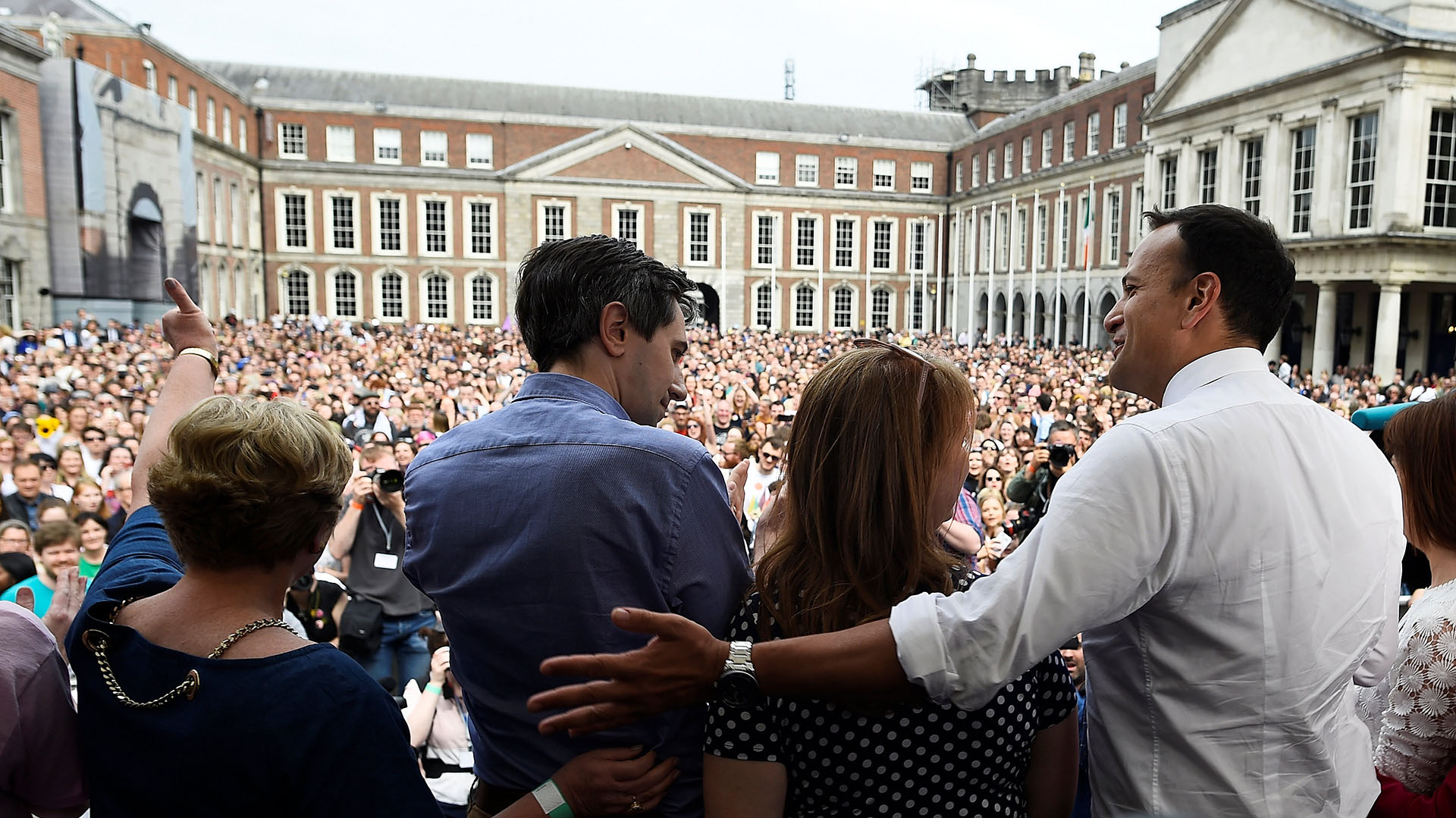 El primer ministro irlandés Leo Varadkar llega a dar un discurso durante los festejos por el resultado del referéndum que liberalizará el aborto en Dublin (REUTERS/Clodagh Kilcoyne)