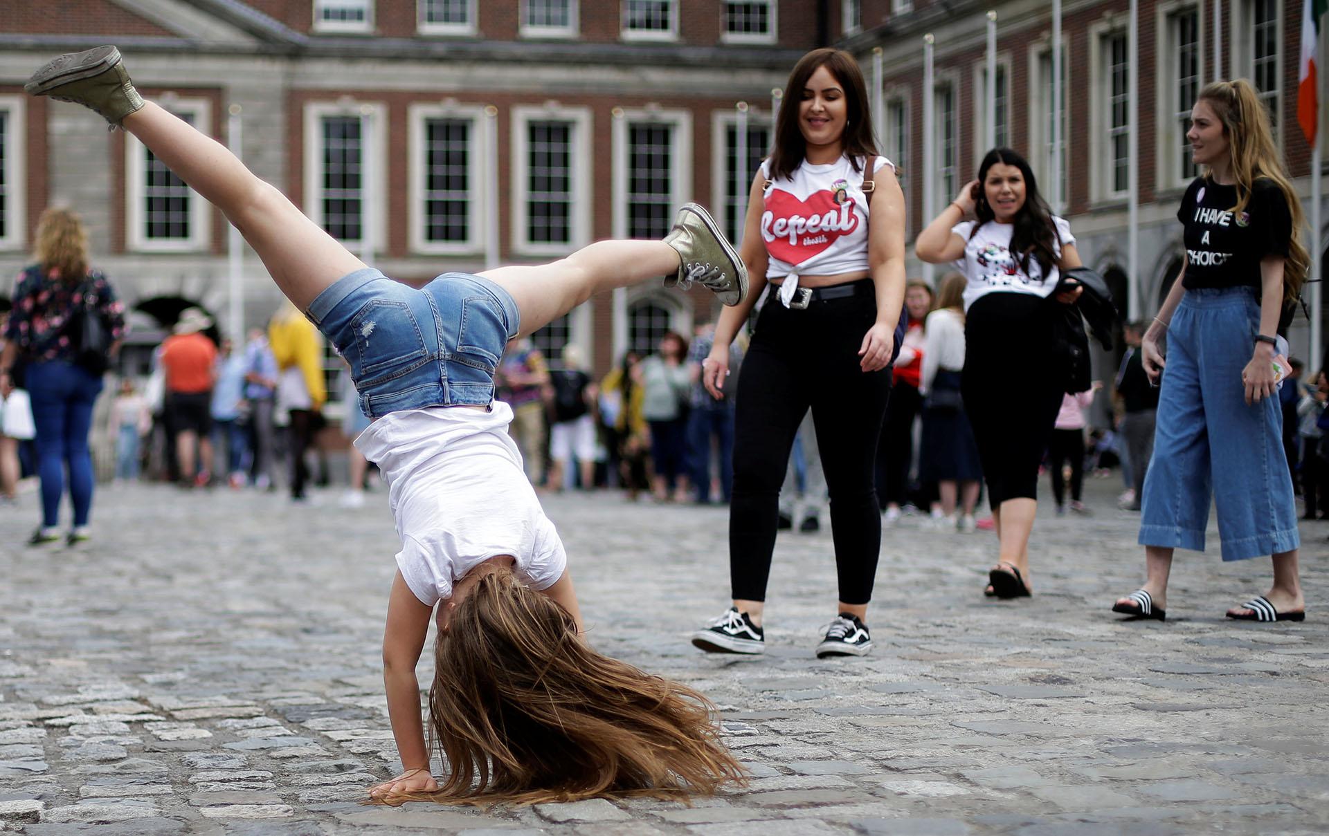 La gente celebra los resultados del referéndum que abrirá las puertas a la legalización del aborto en Irlanda, uno den los países con legislación más restrictiva de Europa (REUTERS/Max Rossi)