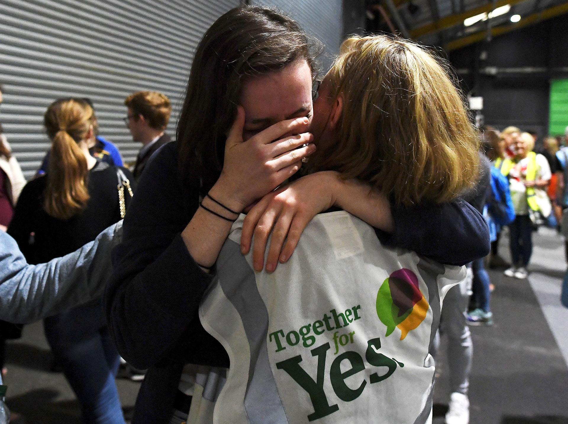 Activistas reaccionan emocionadas a los resultados del referéndum en uno de los centros de votación (REUTERS/Clodagh Kilcoyne)