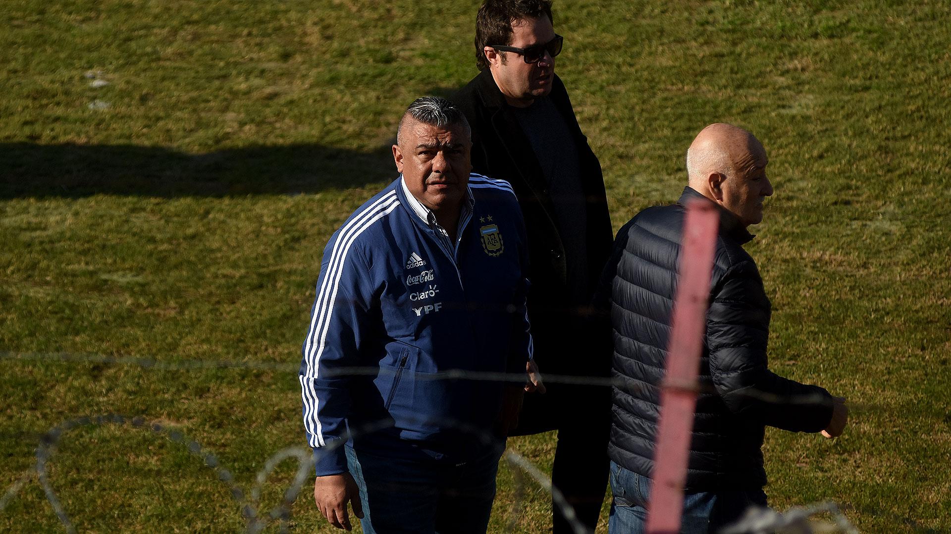 Claudio Chiqui Tapia, acompañado por otros dirigentes del fútbol argentino, estuvo presente en el césped del estadio ubicado en Parque Patricios