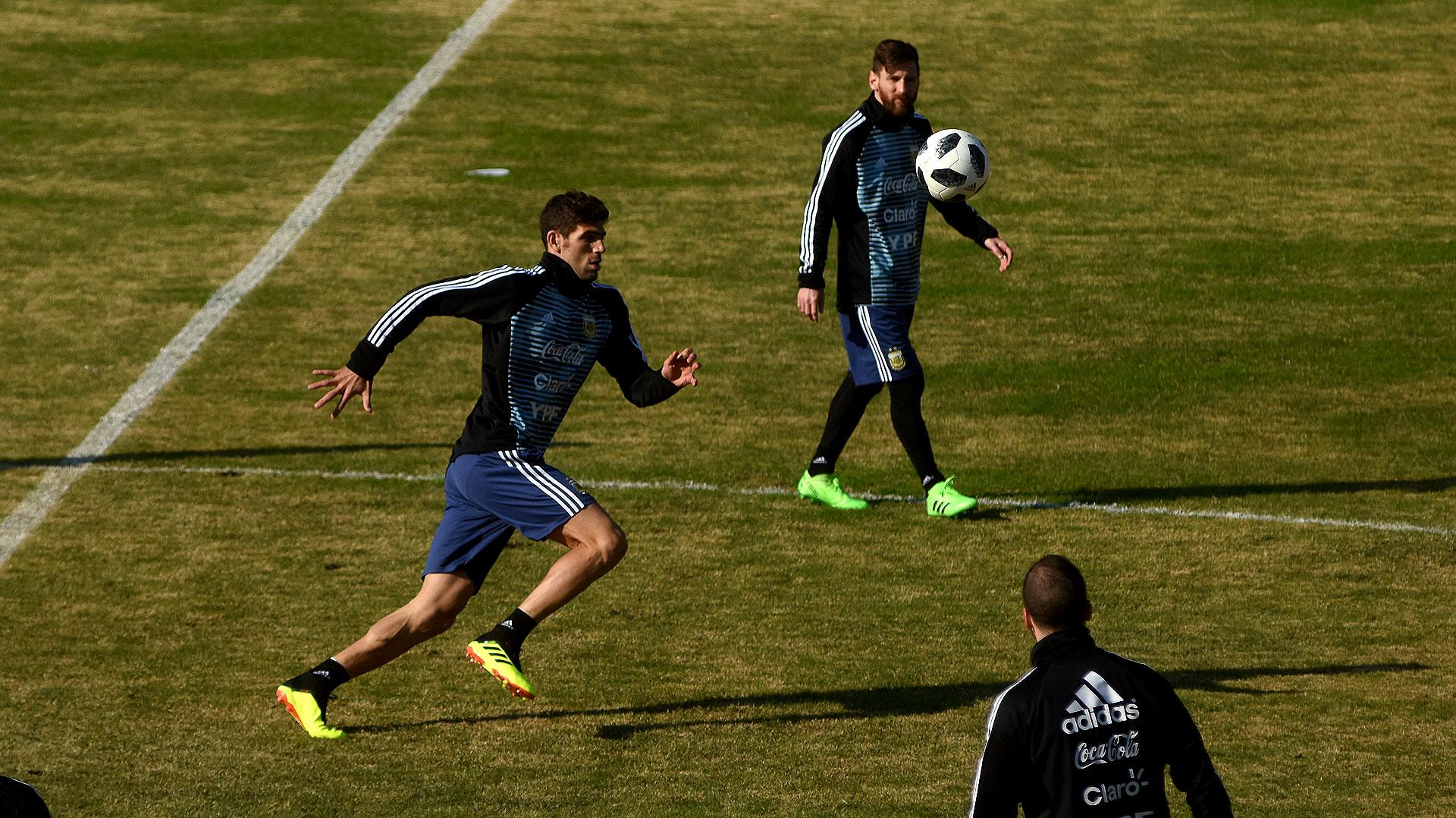 En la primera parte del entrenamiento, los jugadores armaron un loco en la mitad de cancha. En la imagen, Federico Fazio corre por la pelota, ante la atenta mirada de Messi e Higuaín