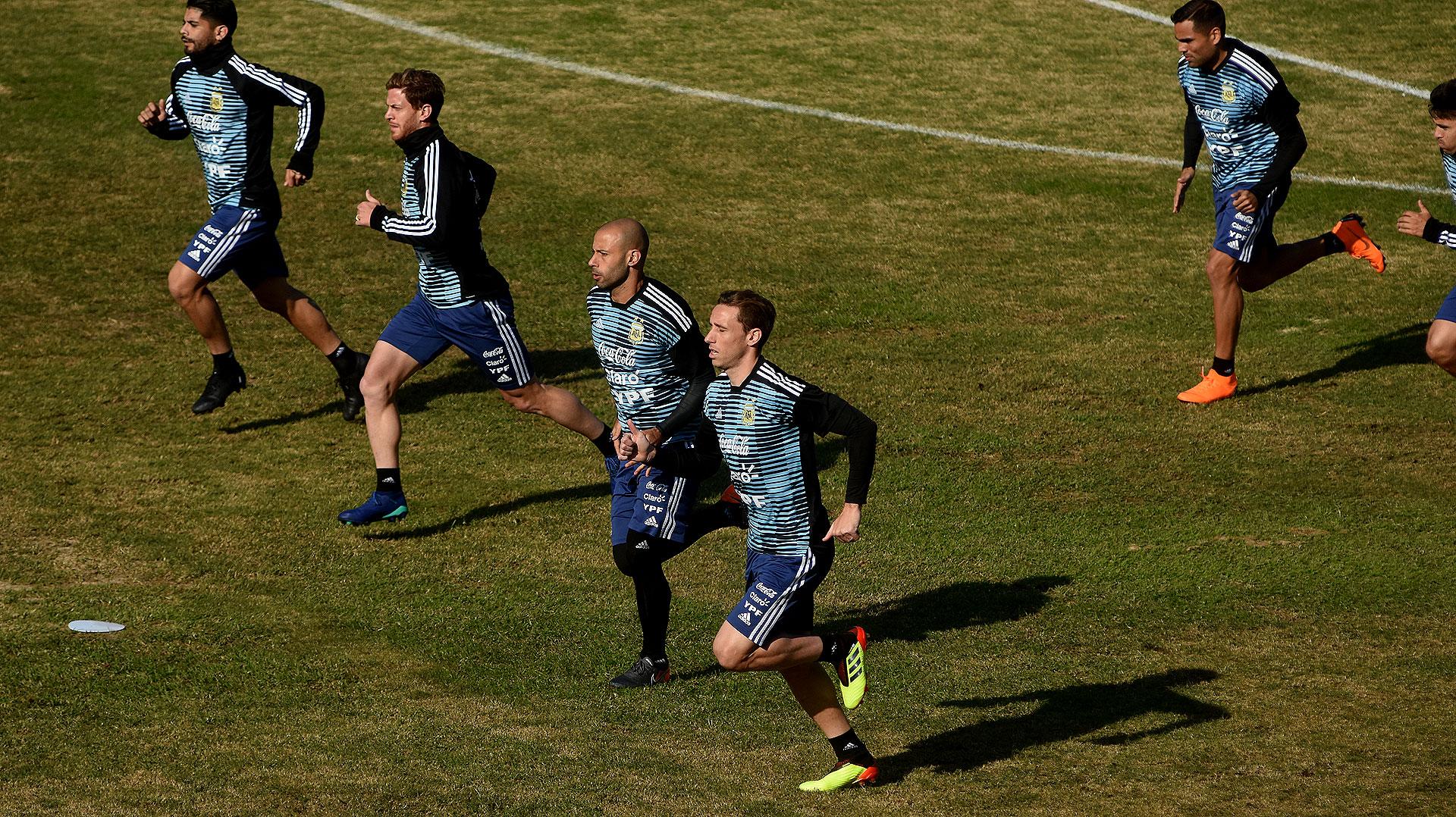Mascherano y Biglia encabezaron los primeros ejercicios físicos conducidos por el preparador físico Jorge Desio. Mercado, de fondo, trabajó a la par del grupo luego de recuperarse de una lesión en la zona lumbar