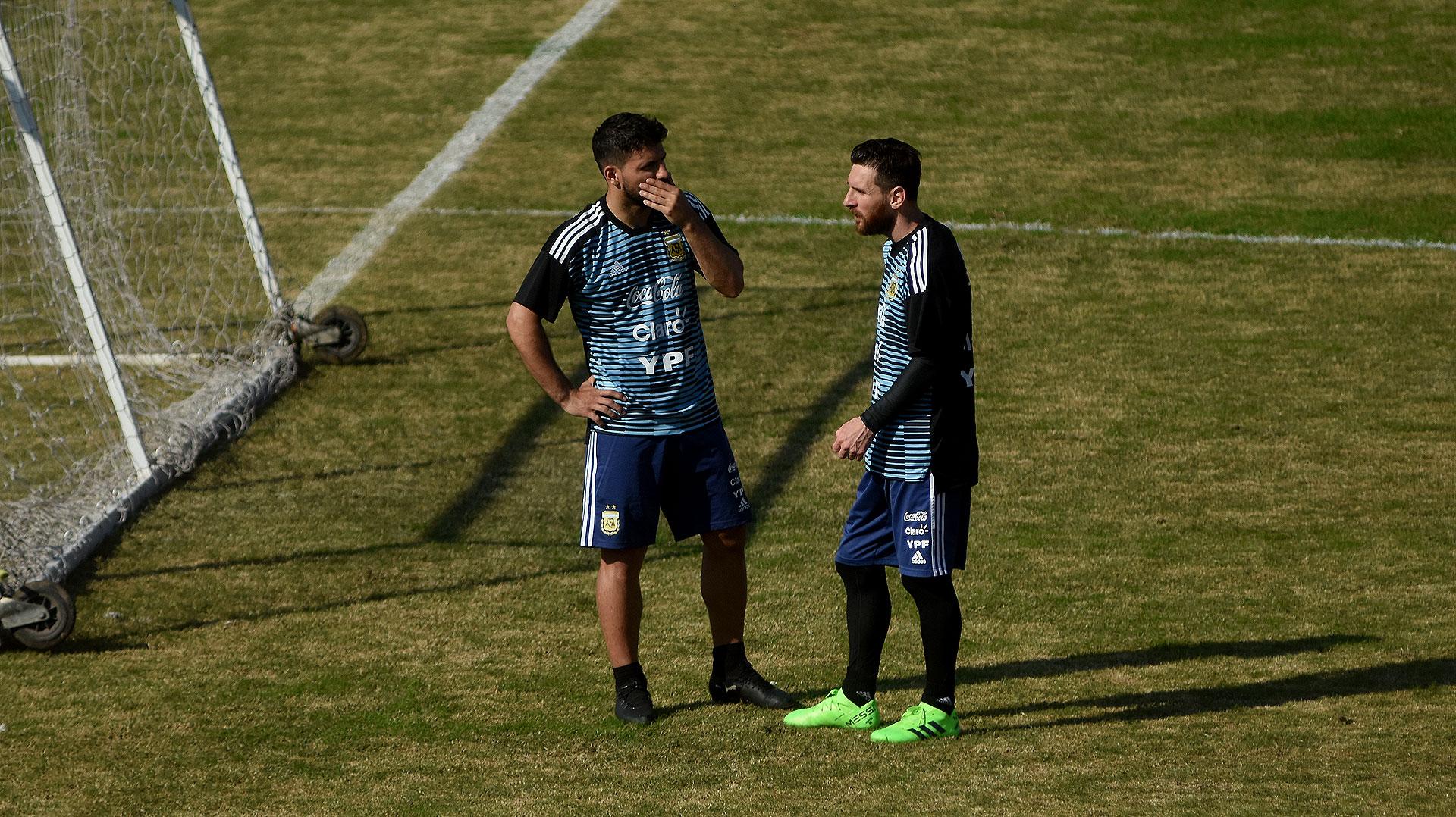 La charla entre Agüero y Messi, que pasaron los últimos minutos del entrenamiento juntos y recibieron a dos hinchas argentinos con síndrome de down y a jugadores de la selección de talla baja