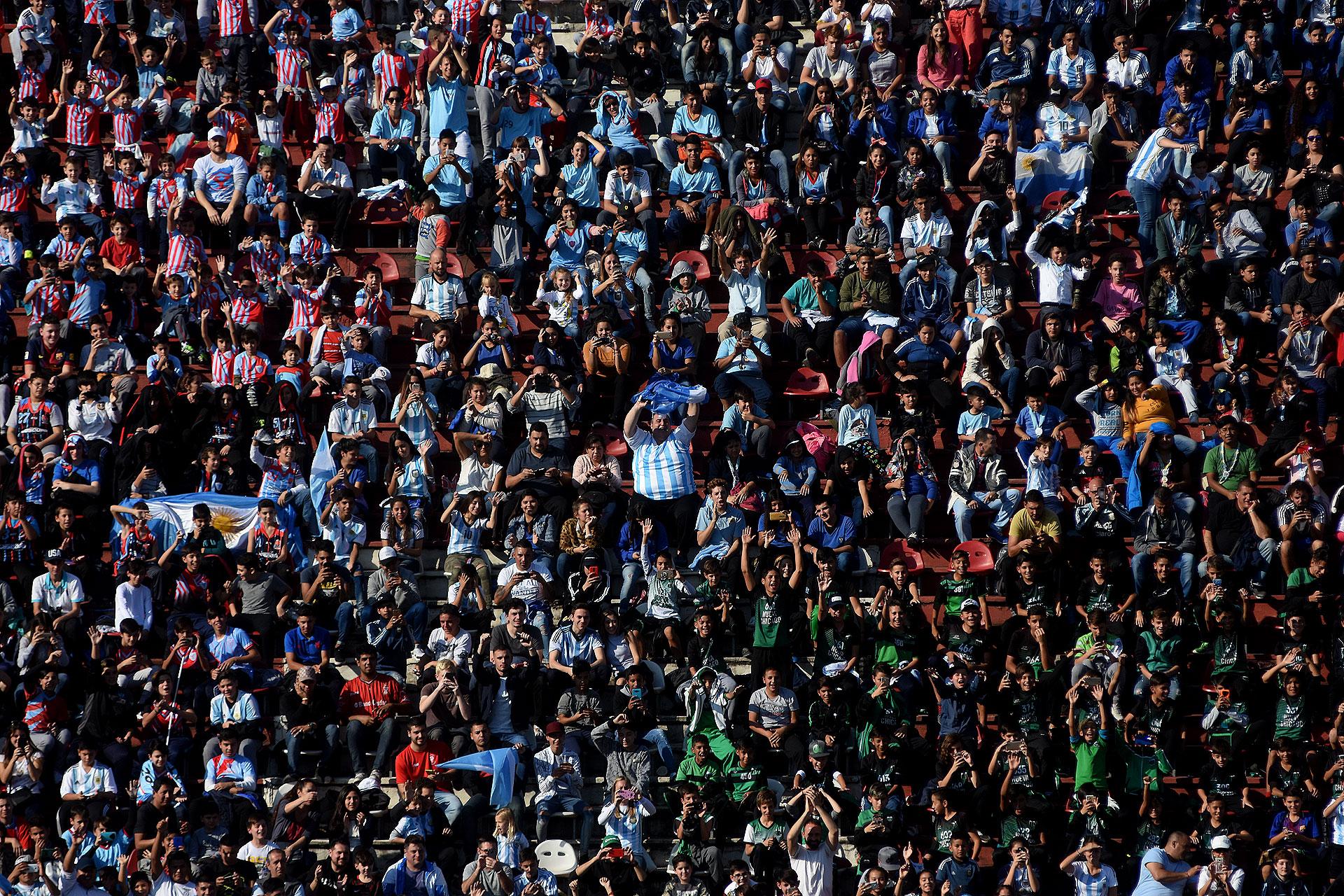"""Más de veinte mil personas asistieron a una cita única antes de que el equipo de Jorge Sampaoli vaya a disputar el Mundial de Rusia.Despidieron a los jugadores con la canción que cierra """"que lo llevan adentro, como lo llevo yo"""""""