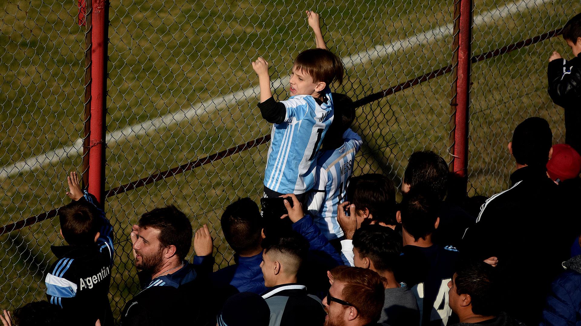En un domingo ideal, con sol y sin frío, la selección argentina que competirá en Rusia 2018 celebró un entrenamiento a puertas abiertas en la cancha de Huracán