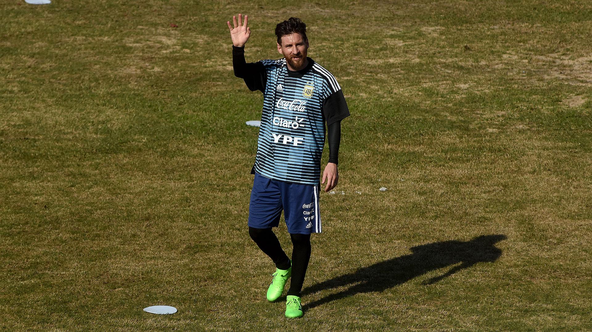 Lionel Messi fue el primer ovacionado de la mañana en Parque Patricios. Le regaló una pelota a los que estaban en la tribuna de la popular visitante