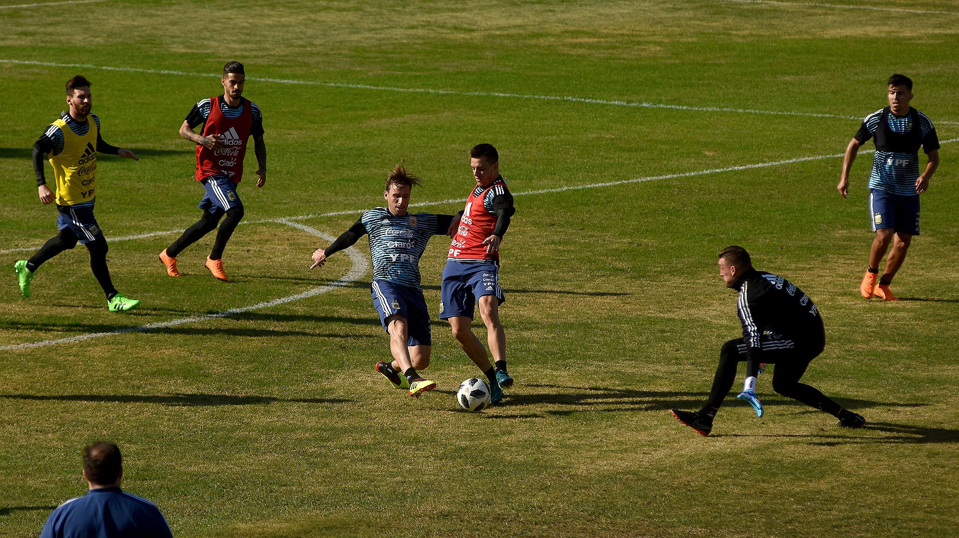 Sampaoli dispuso trabajos en espacios reducidos de cinco contra cinco, con Messi como jugador para ambos equipos. De un lado defendieron Salvio, Mercado, Rojo y Acuña, acompañados por Biglia; del otro atacaron Di María, Lo Celso, un sparring, Lanzini e Higuaín