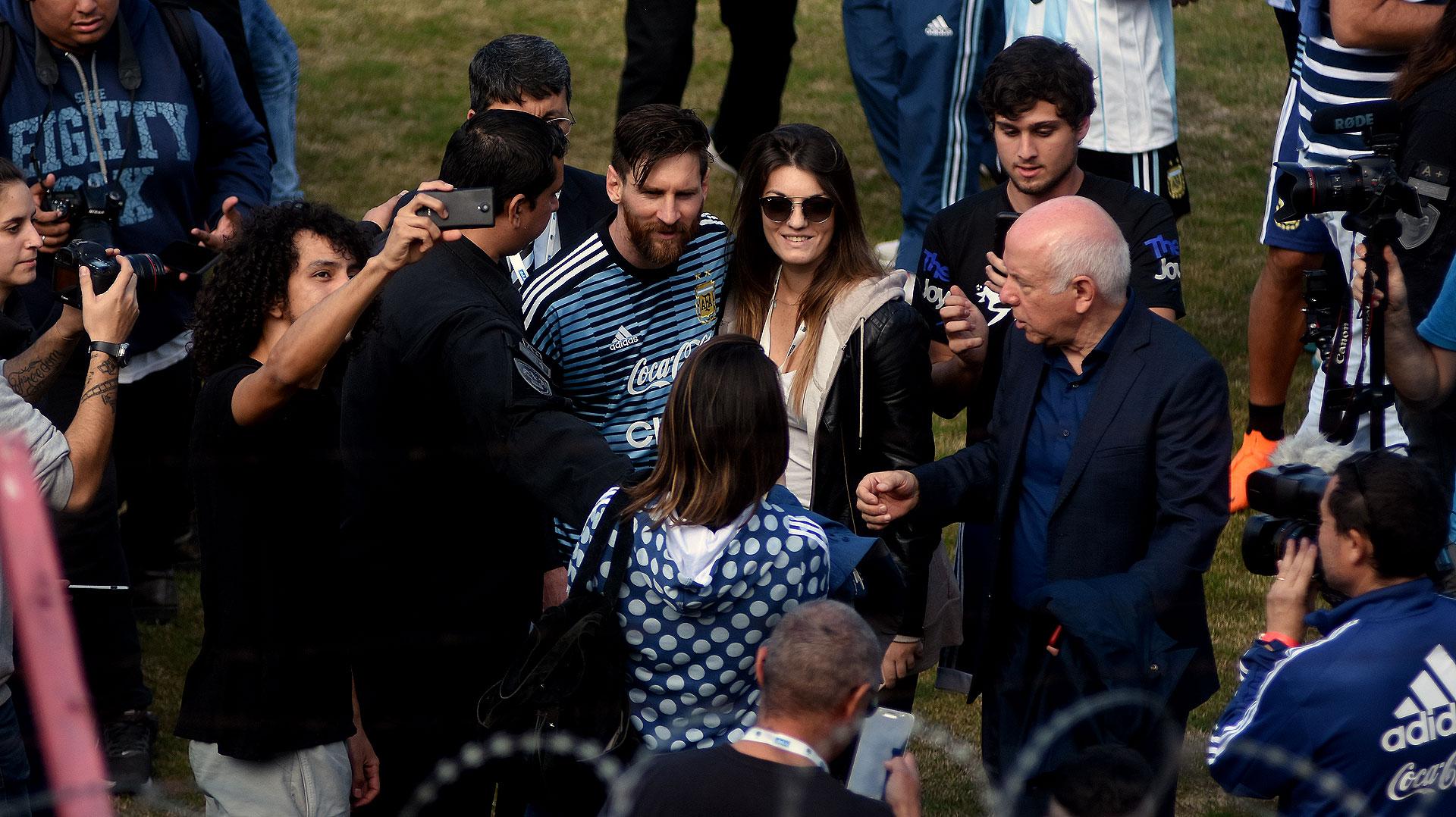 Antes de irse para el vestuario, Messi se sacó fotos con los hinchas que pudieron meterse a saludar dentro del campo del Ducó