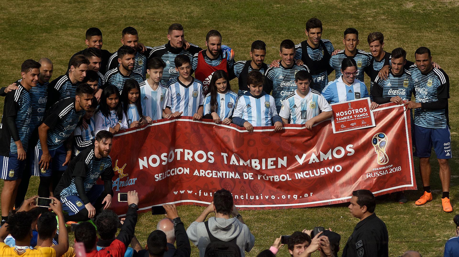 Los jugadores posaron con integrantes de la Selección Argentina de Fútbol Inclusivo