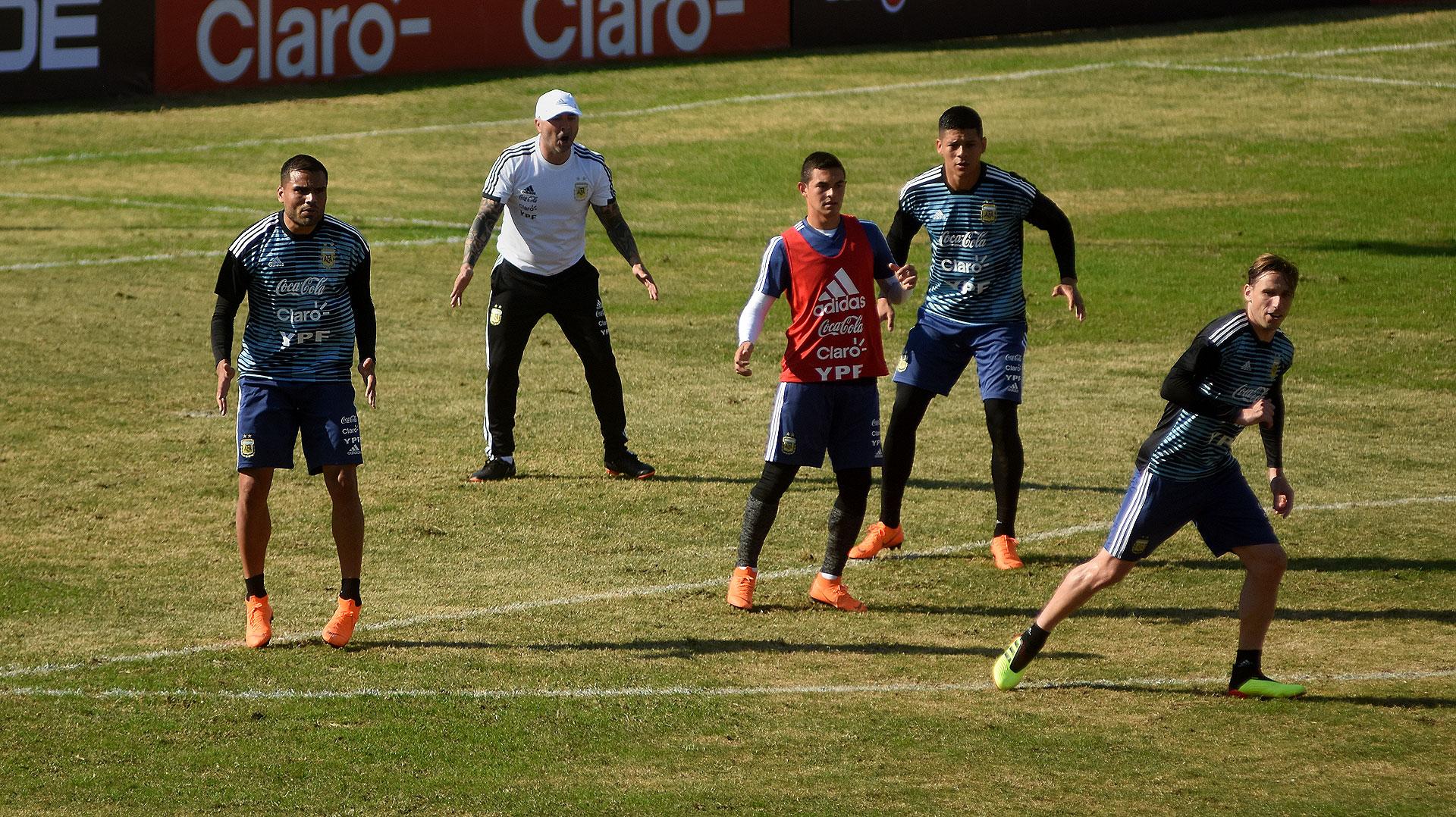 Jorge Sampaoli se mostró muy activo en la última parte del entrenamiento. En la imagen queda evidenciado el triángulo defensivo conformado por Mercado, Rojo y Biglia