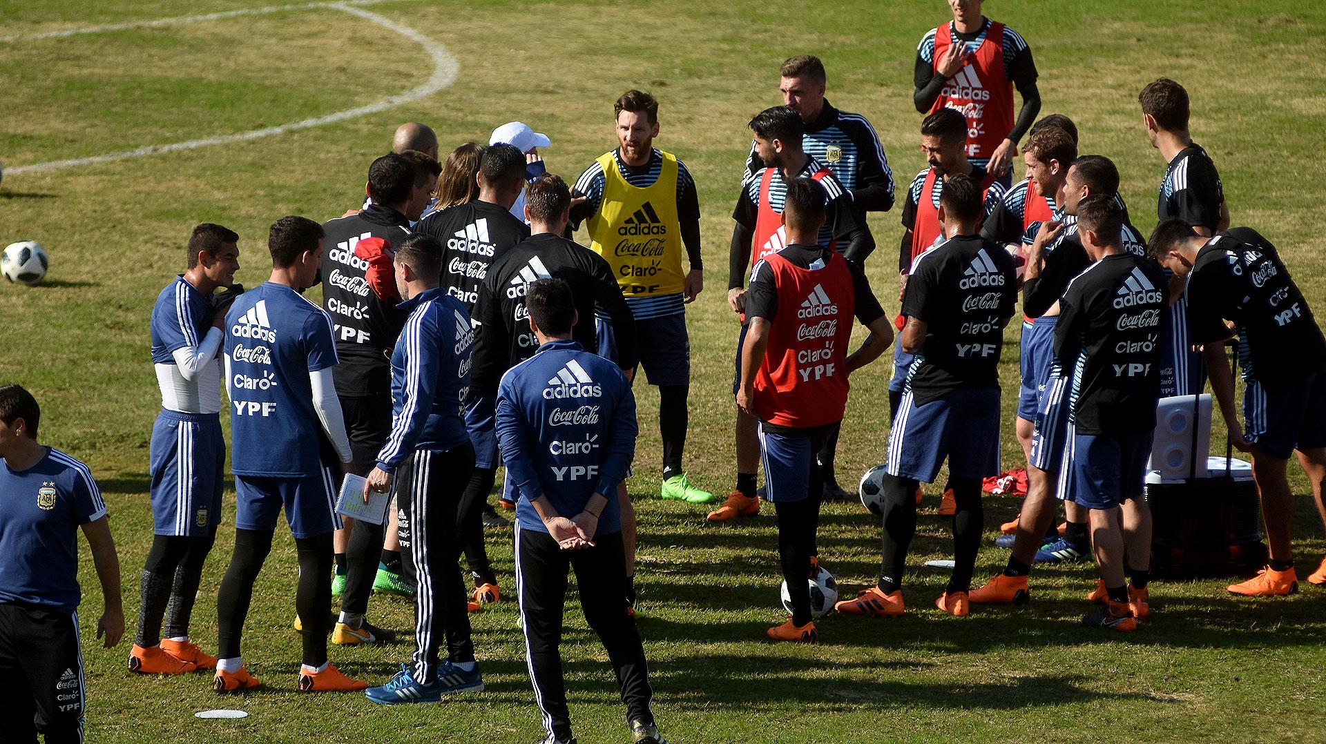 Después de la práctica abierta, los jugadores quedaron licenciados hasta el entrenamiento del lunes ya en el predio de la AFA en Ezeiza