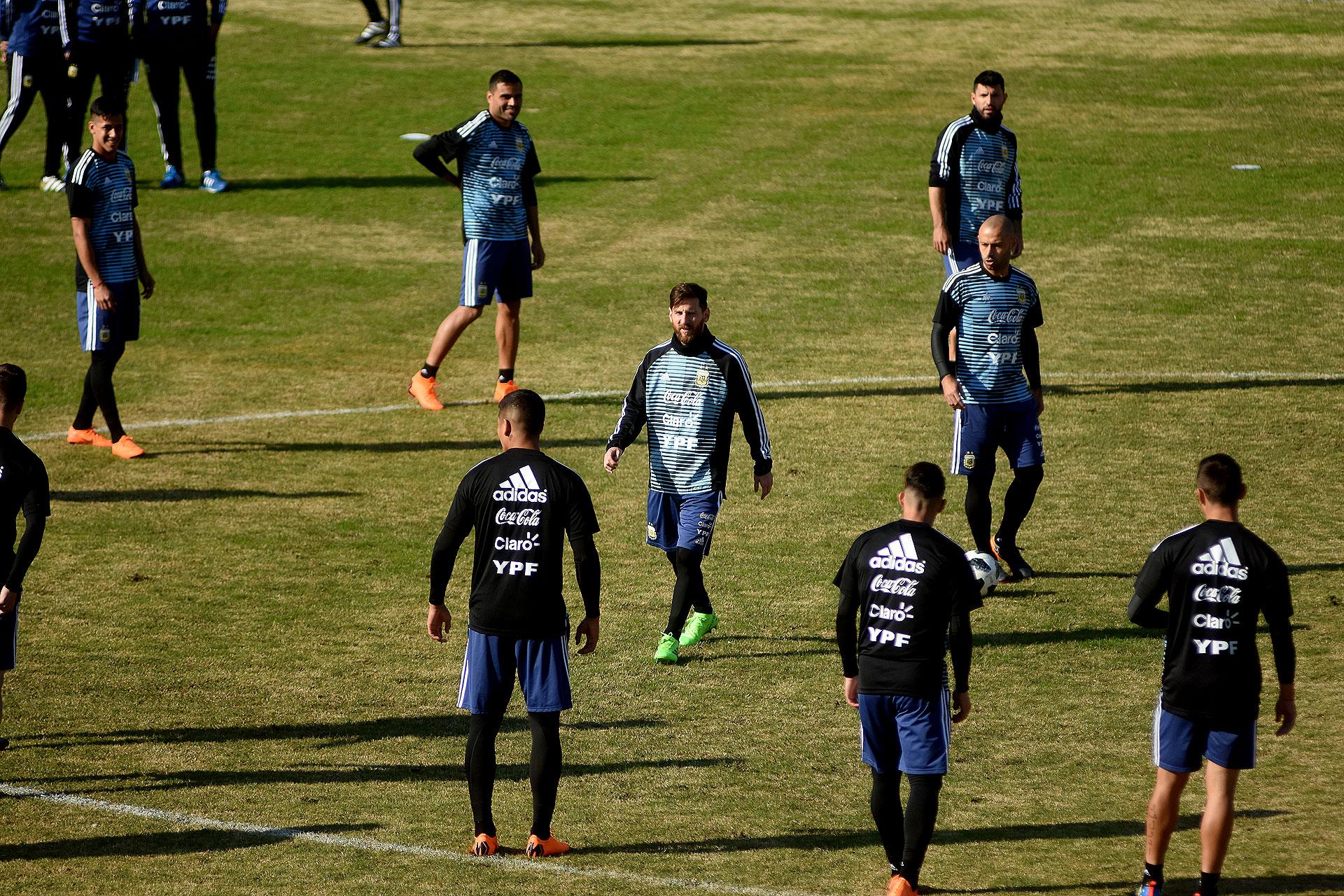 La última vez que la Argentina había practicado con público fue a tres días del comienzo del Mundial Brasil 2014 y la experiencia terminó con una invitación de personas que incluso obligaron a los jugadores a regalar sus prendas
