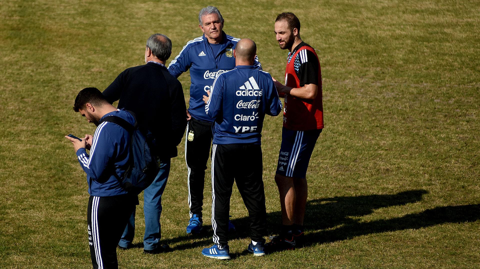 Charla de goleadores: Jorge Burruchaga, mánager de la Selección, junto a Gonzalo Higuaín
