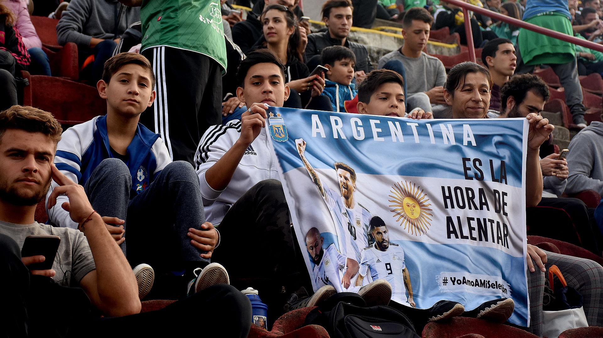 """El mensaje del cartel es el mismo que estaba colgado en una bandera sobre la cabecera de la tribuna visitante: """"Es la hora de alentar"""""""