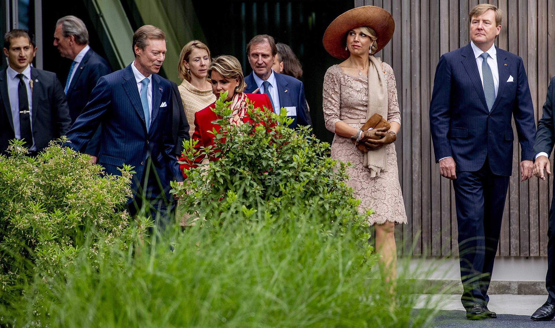 """Una vez más, Máxima brilló con su estilo; en esta ocasión, un elegante vestido """"nude"""" de encaje que combinó a la perfección con una chalina"""