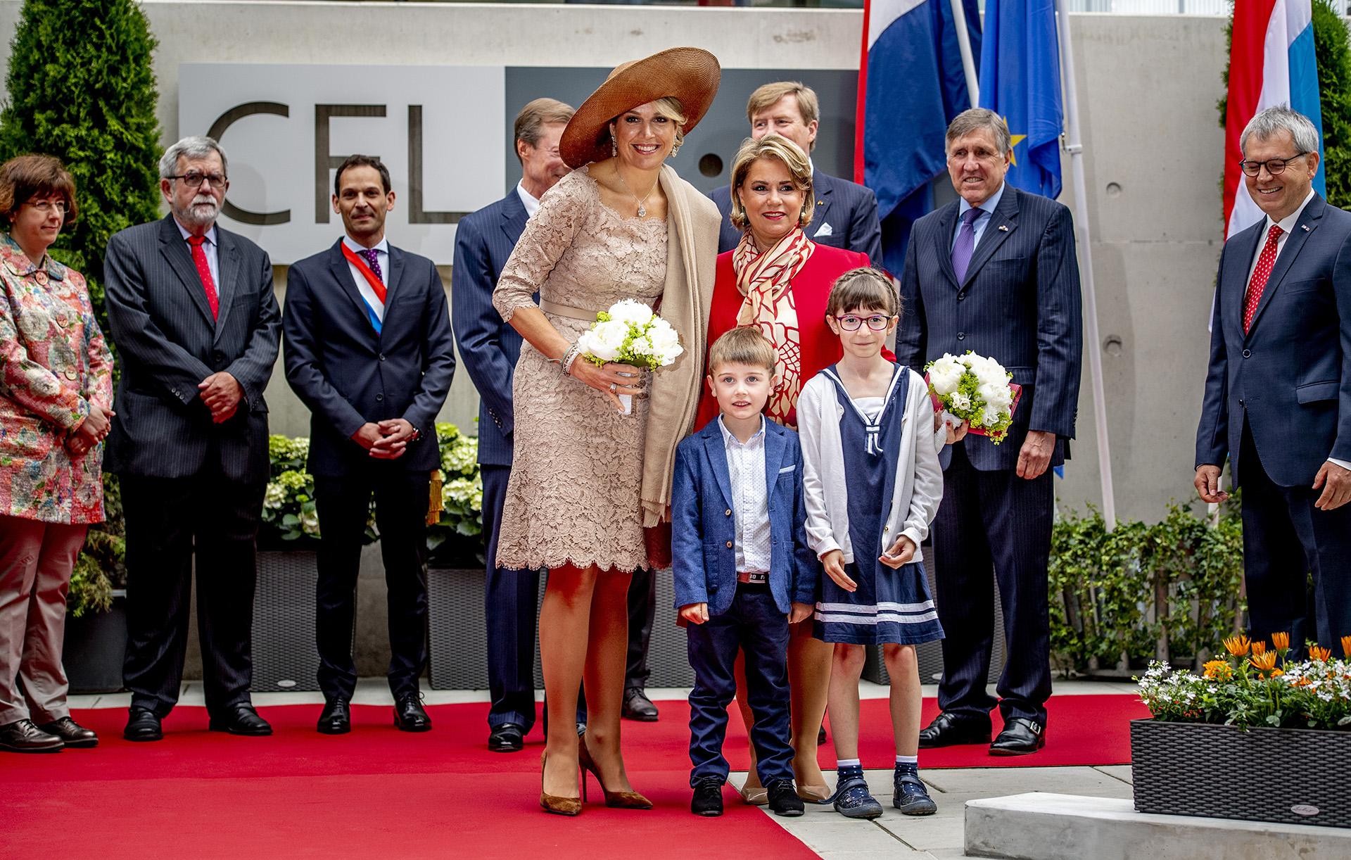 Junto a la gran duquesa de Luxemburgo, Maria-Teresa, Máxima de Holanda posa en su visita a una empresa en Dudelange
