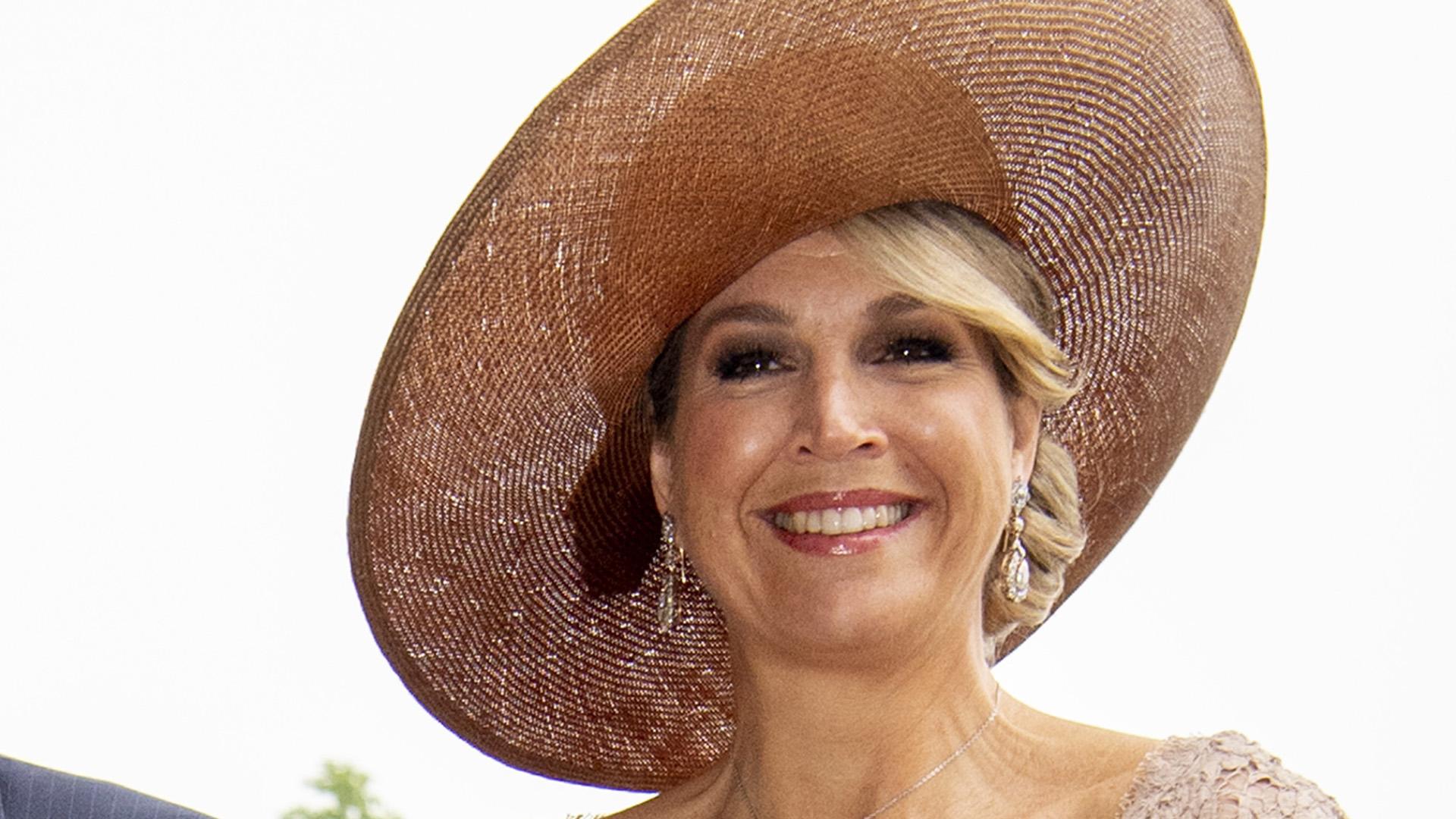 Los grandes sombreros y tocados son infaltables en sus glamorosos outfits