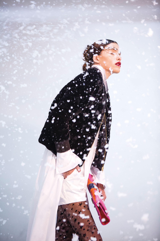 Campera de pana ($ 6.600, Carmela Achaval), camisa larga y short ($ 4.890 y $ 1.390, Tramando), medias estrella ($ 279, Silvana Swiss Origin) y sobre ($ 2.800, Olivetta).(Foto: Osky Sorairez/ Para Ti)