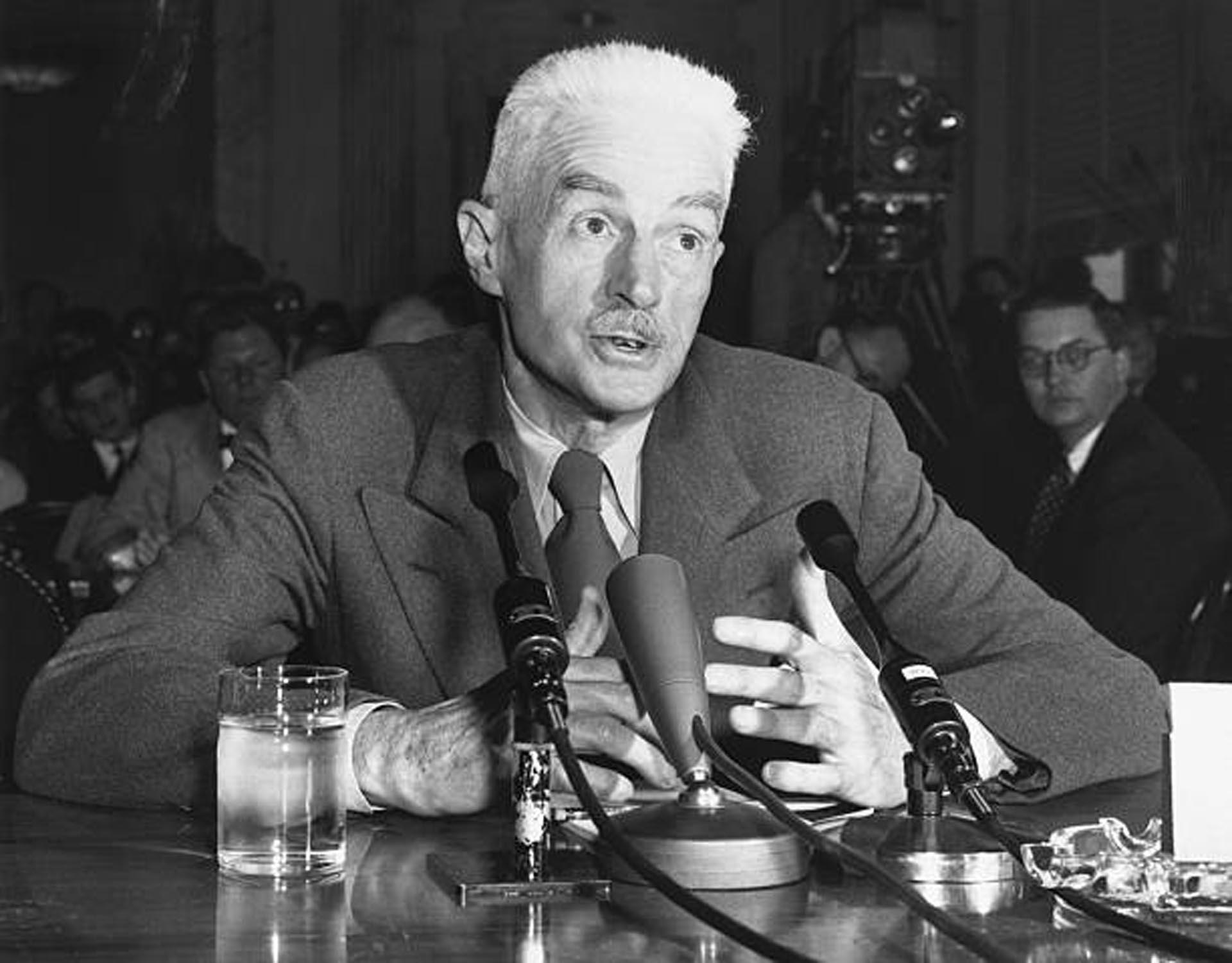 Dashiell Hammett declarando en el Senado ante la comisión de McCarthy
