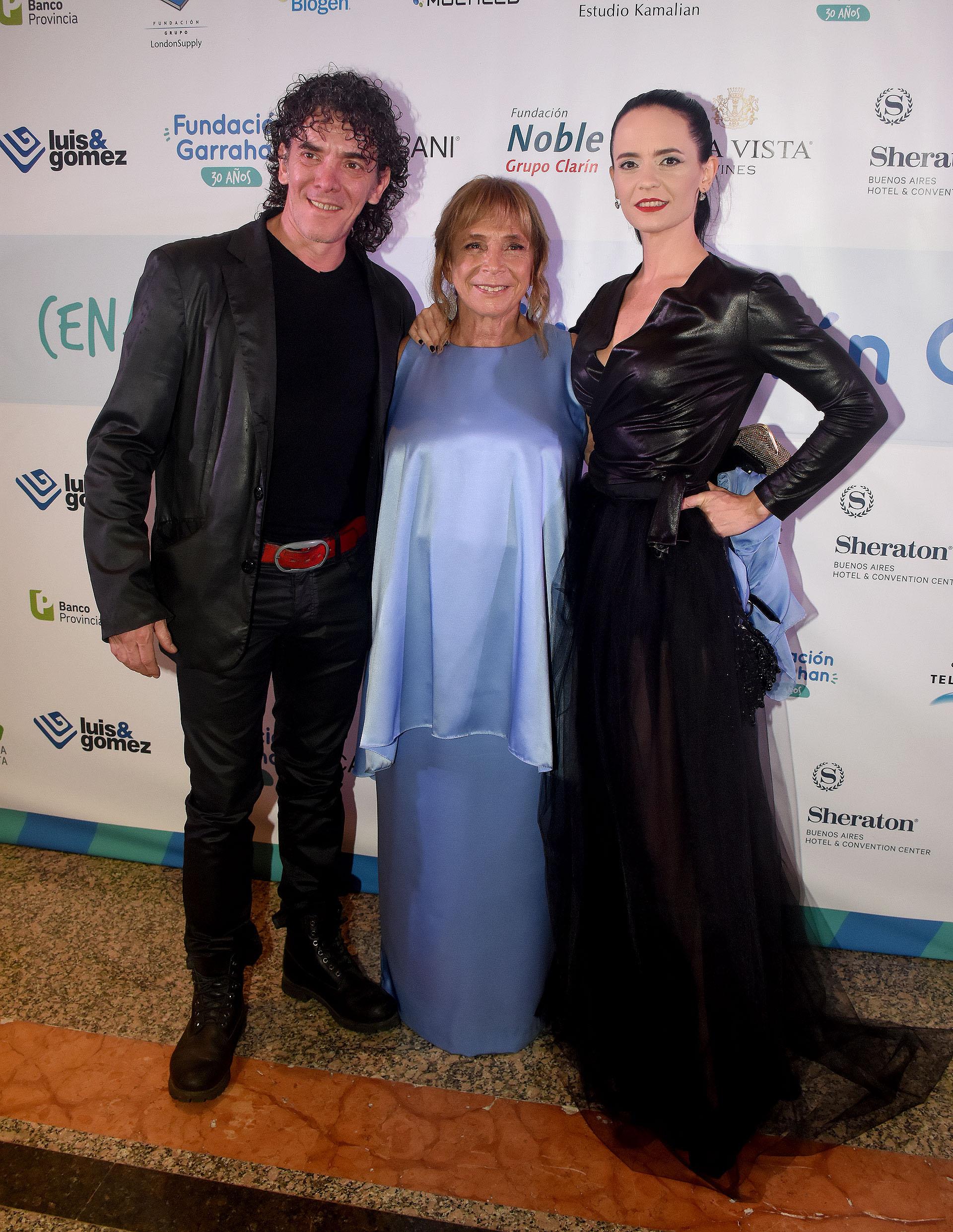 Maxiliano Guerra y su mujer Gabriela Baca Urquiza junto a Beatriz Reznik