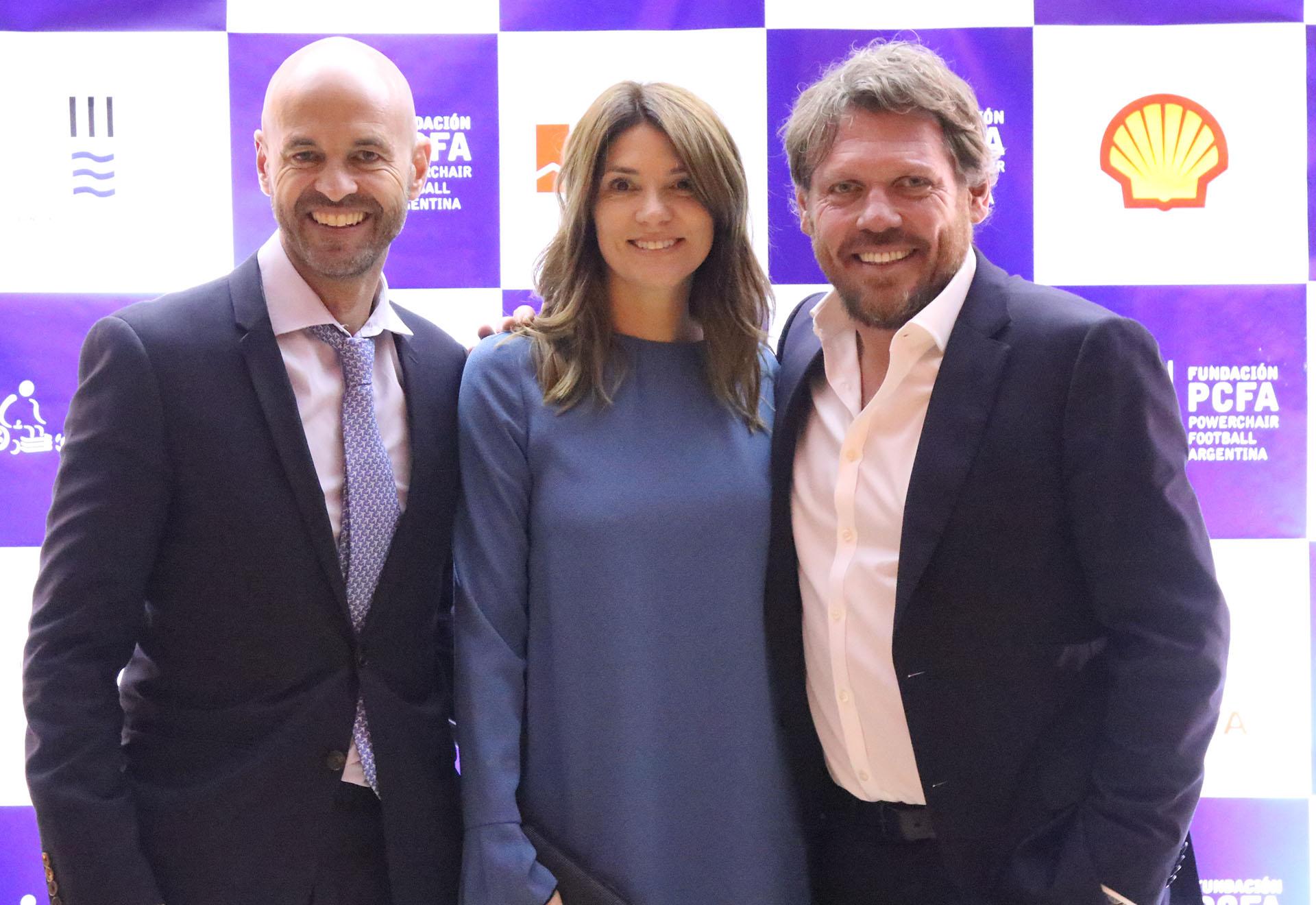 El ministro de Transporte, Guillermo Dietrich y su mujer, Javiera Álvarez Echagüe, junto a Mariano Zegarelli,fundador de Powerchair Football Argentina