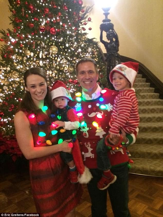 Greitens con su familia durante las celebraciones navideñas en diciembre de 2017