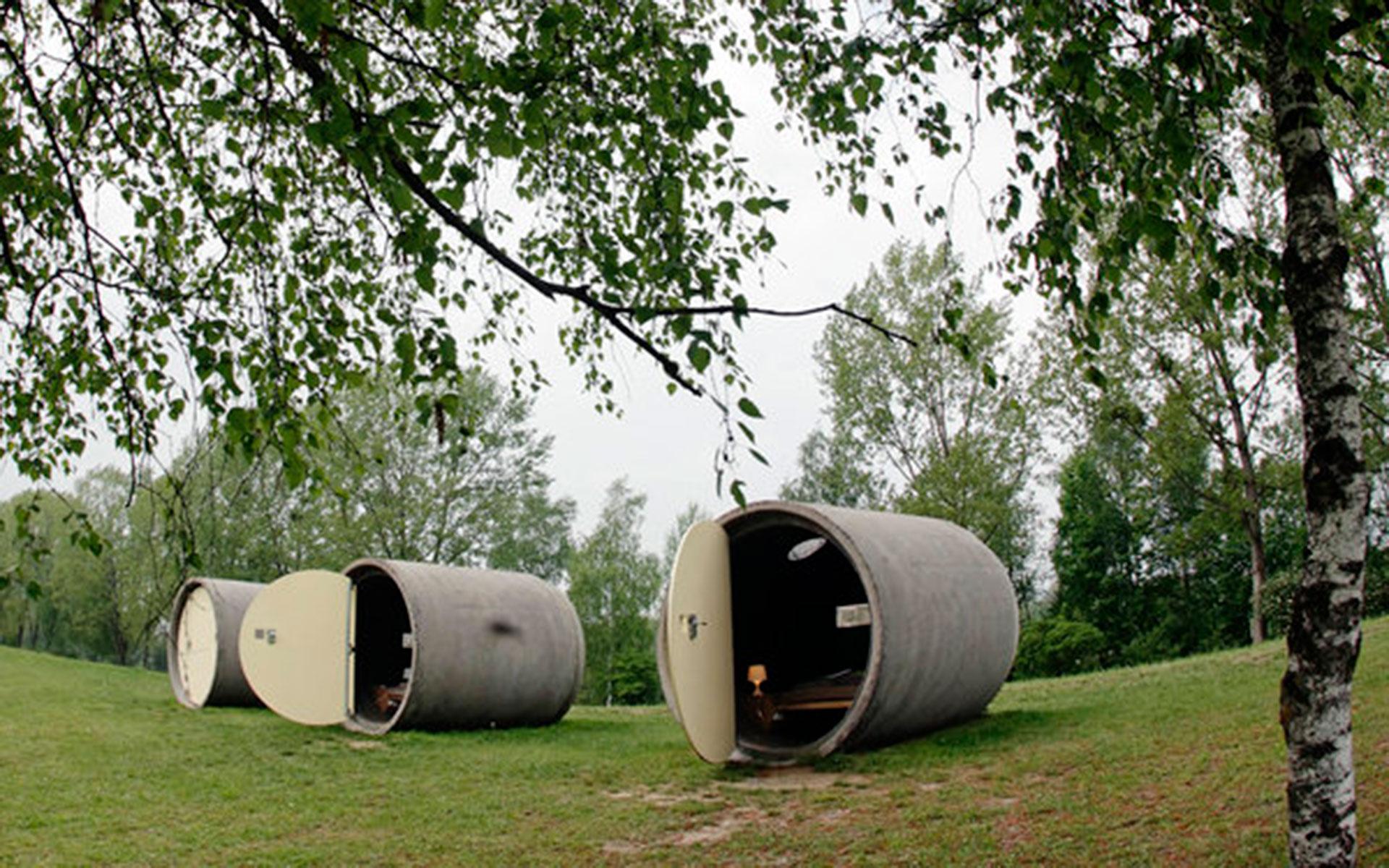 Dasparkhotel (Ottensheim, Austria). Consiste en viejos caños de desagüe convertidos en habitaciones, que están distribuidas en un parque público. Se paga lo que el huésped decida (Reuters/Heinz-Peter Bader)