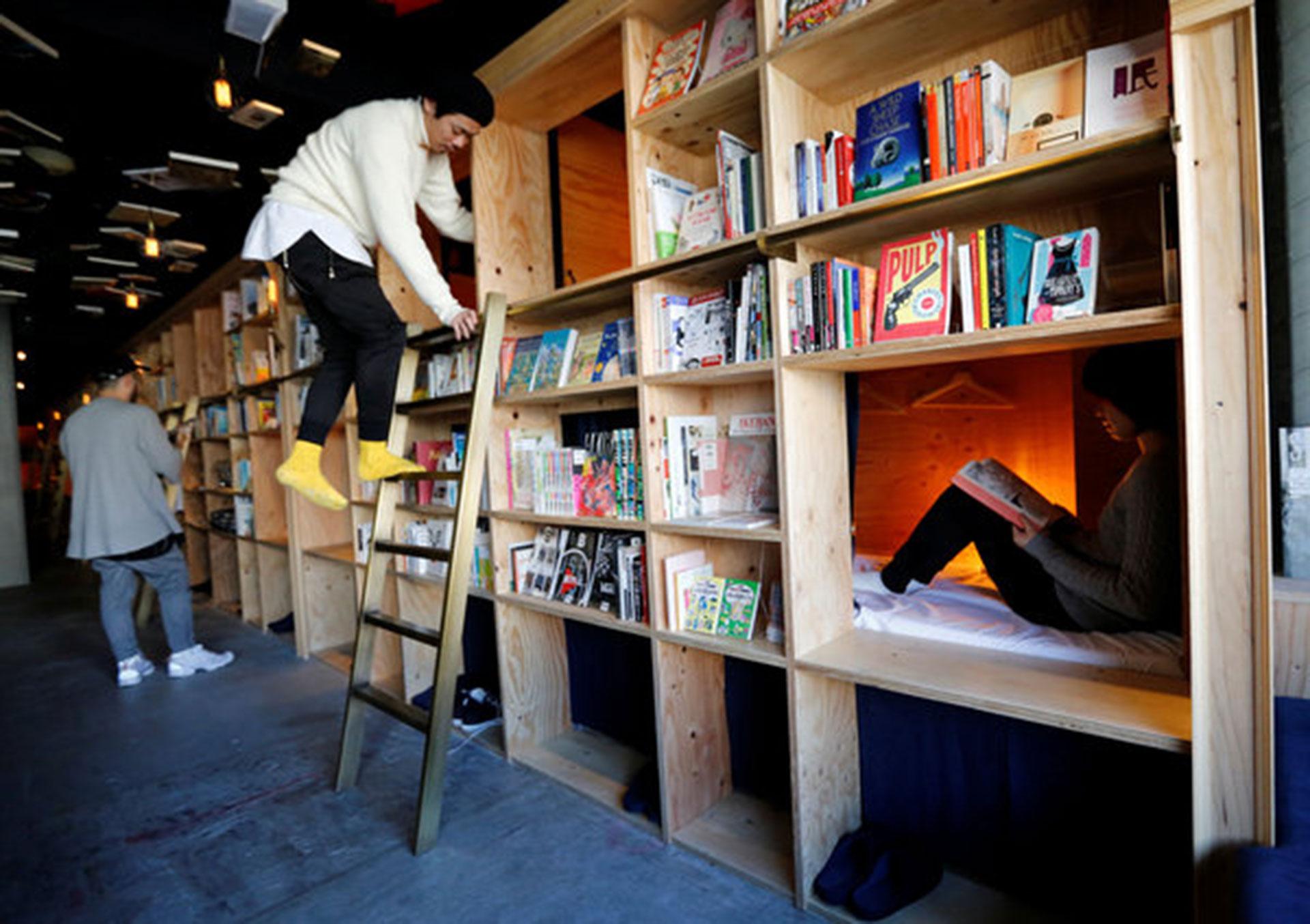 Book and Bed (Tokio, Japón). Es uno de los clásicos hoteles cápsula de Japón, pero tiene una enorme biblioteca de fachada (Reuters/ Toru Hanai)