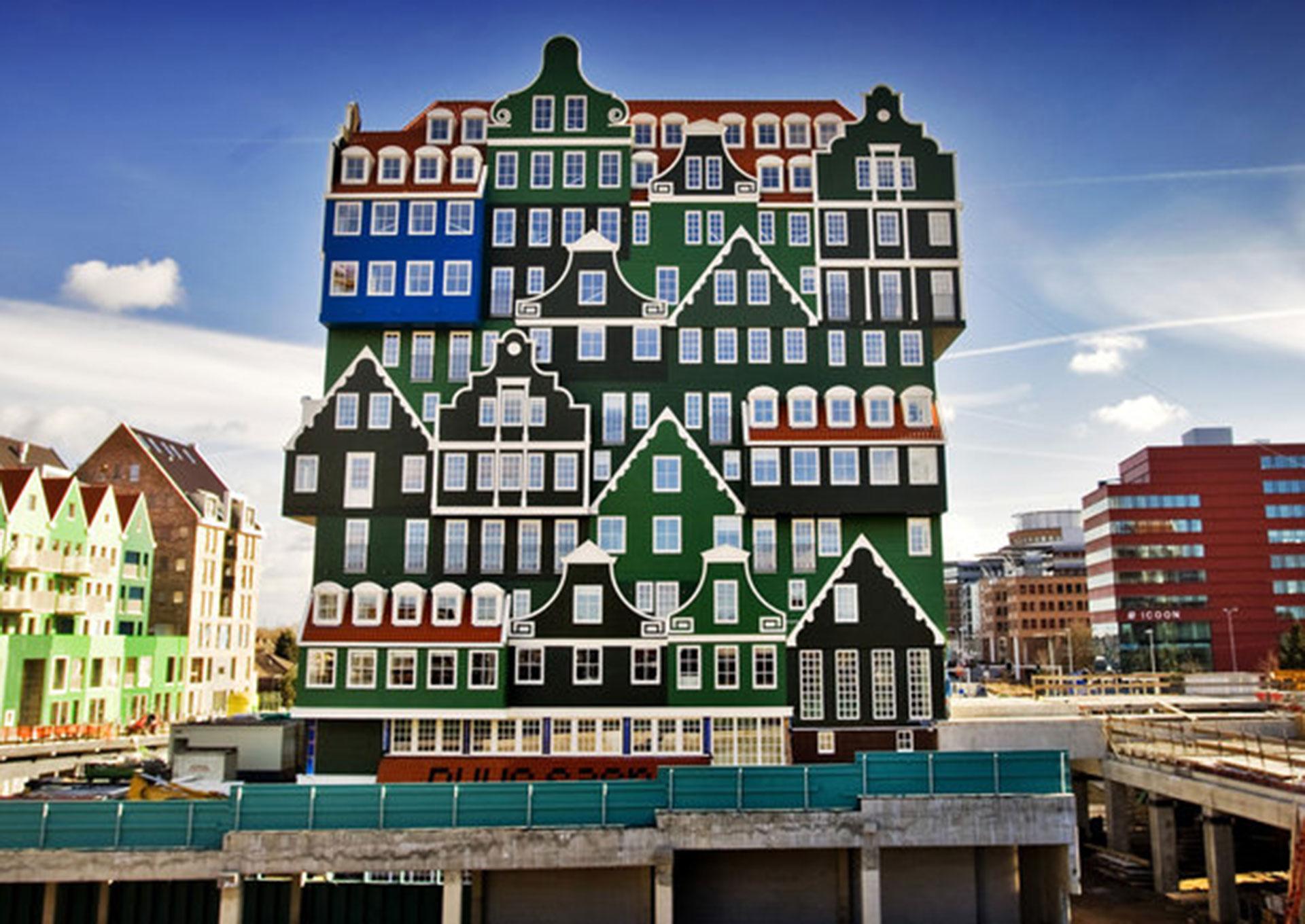 The Inntel Hotel Amsterdam Zaandam (Zaandam, Holanda). Tiene la particularidad de parecer un conjunto de casas tradicionales holandesas apiladas una encima de la otra (Koen van Weel/AFP/Getty Images)