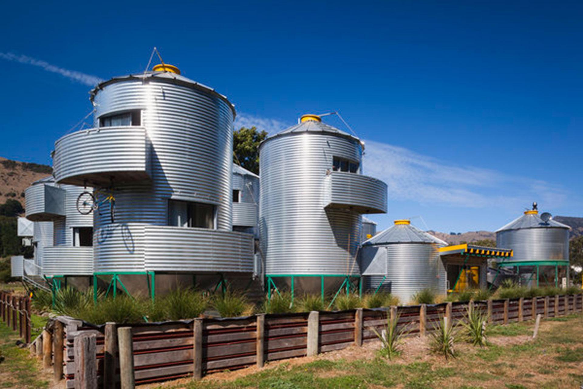 Silo Stay Hotel (Little River, Nueva Zelanda). Las habitaciones están construidas dentro de silos que se usaban para guardar granos. Tiene una fuerte impronta amigable con el medio ambiente