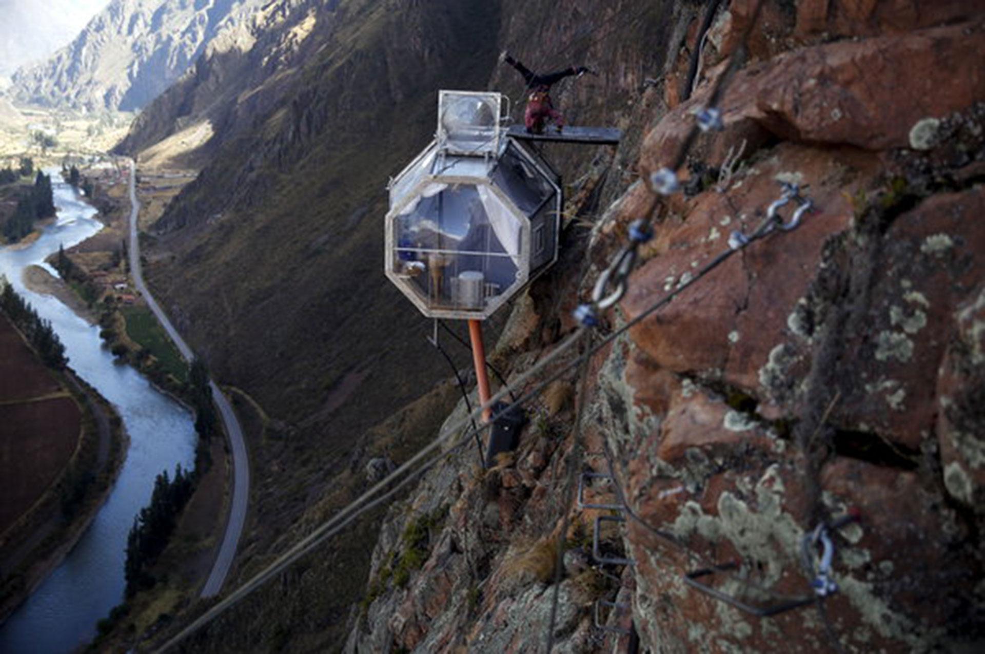 Skylodge Adventure Suites (Cuzco, Perú). Ubicado en el Valle Sagrado de los Incas, es pequeño, pero dormir en sus cápsulas colgantes y transparentes genera la sensación de que uno está en el aire. Para llegar a ellas hay que escalar 400 metros (Reuters/ Pilar Olivares)