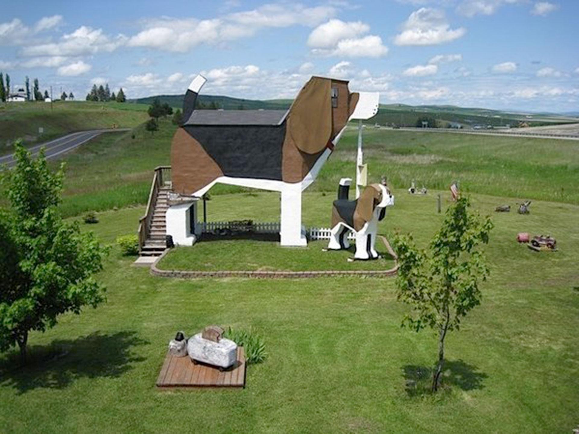 The Dog Bark Park Inn (Idaho, Estados Unidos). Lo que sobresale de este Bed&Breakfast es que toda la estructura tiene la forma de un perro gigante de raza beagle. El can más grande es apodado Dulce Willy