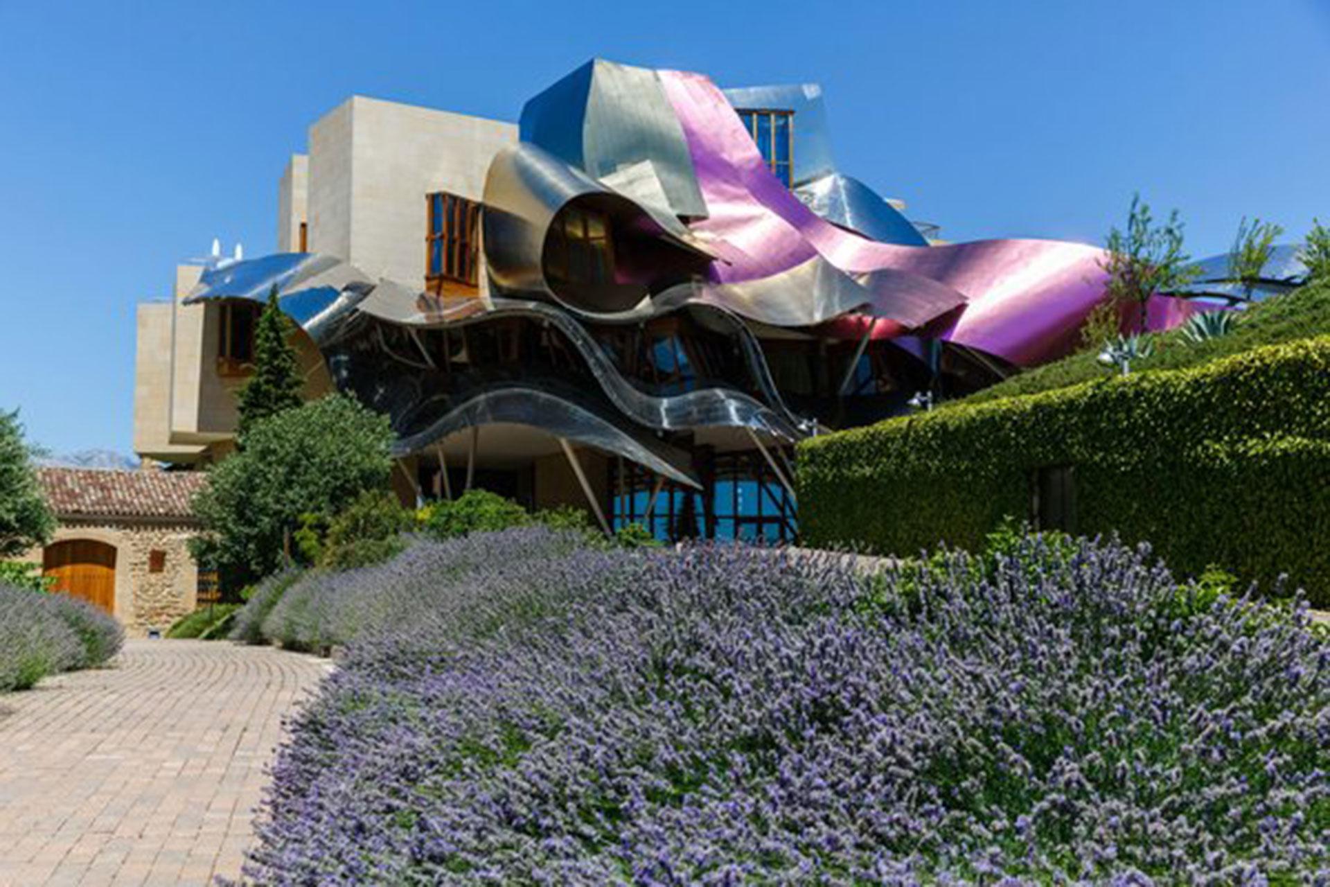 Hotel Marques de Riscal (Elciego, España). Además de ser hotel es vinoteca, pero por sobre todas las cosas destaca su increíble arquitectura con lazos metálicos de colores, obra del arquitecto Frank Gehry (Cesar Manso/AFP/Getty Images)