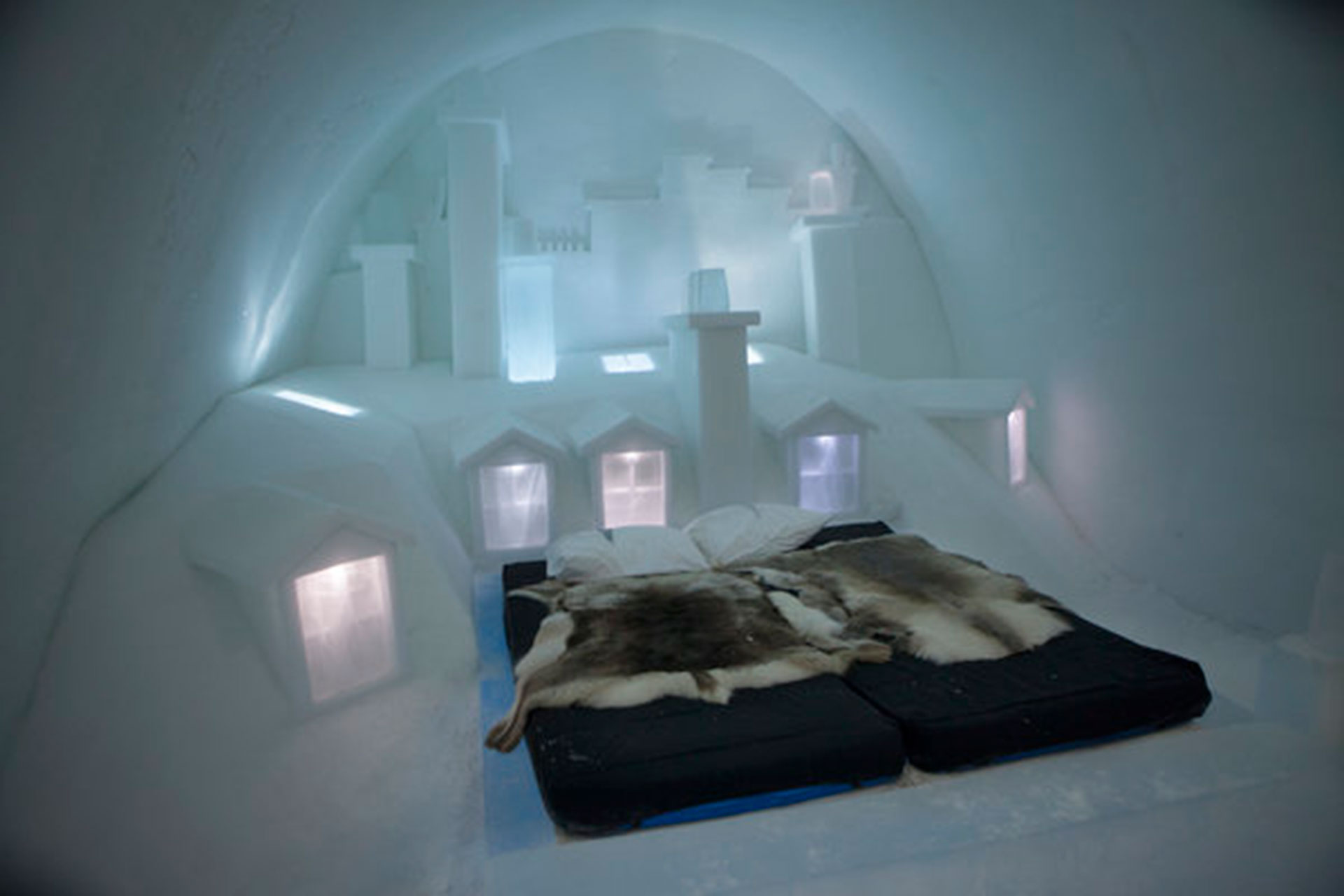 Icehotel (Jukkasjarvi, en Lappland, Suecia). Hecho de hielo, se destruye y se reconstruye cada año. Está confeccionado con mil toneladas de hielo del río Torne y 30 mil toneladas de una mezcla de hielo y nieve (Melanie Stetson Freeman/The Christian Science Monitor vía Getty Images)