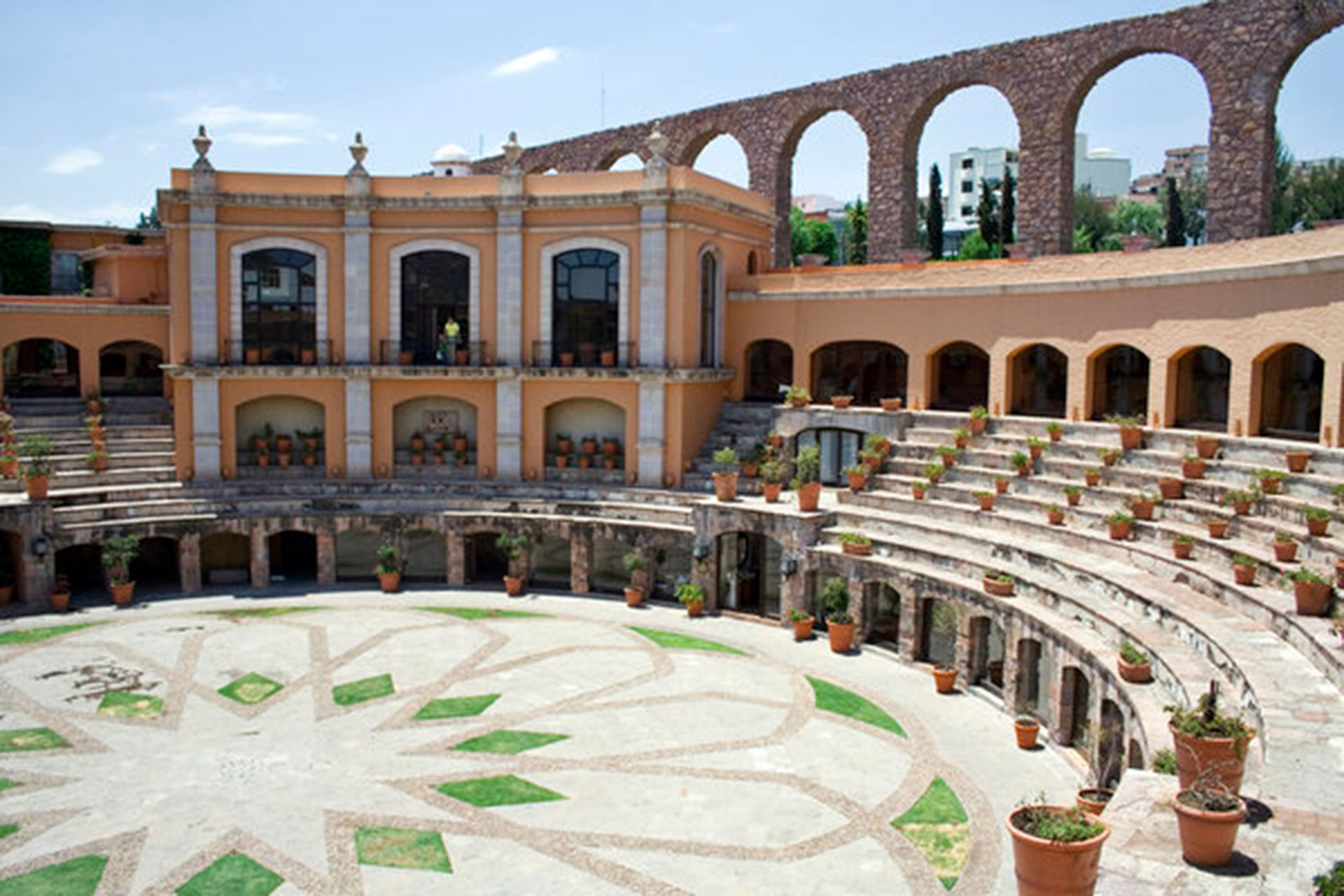 Quinta Real Zacatecas (Zacatecas, México). Era una antigua plaza de toros, construida en el siglo XIX. Las habitaciones están situadas en torno a la arena