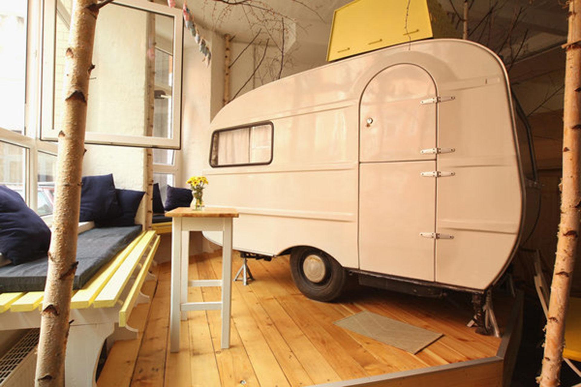 Huettenpalast (Berlín, Alemania). Funciona dentro de una vieja fábrica de aspiradoras, convertida en un curioso hotel en el que hay casas rodantes que funcionan como habitaciones (Getty Images)