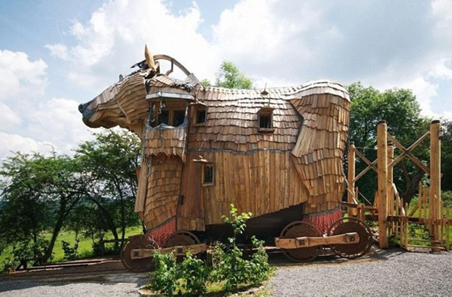 La Balade des Gnomes (Heyd, Bélgica). Tiene una suite Caballo de Troya, aunque con la forma de un toro. También tiene habitaciones ambientadas en el universo de los cuentos de hadas