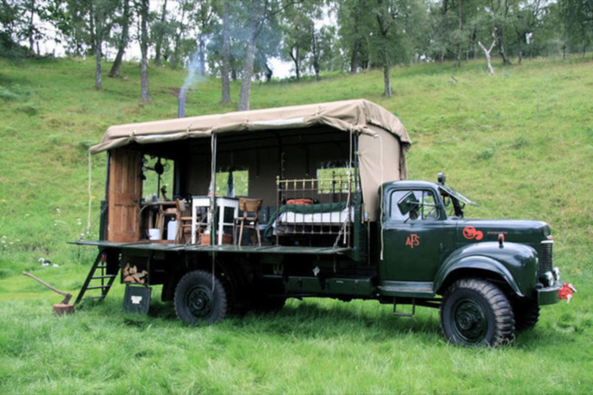 The Beermoth (Tierras Altas de Escocia, Reino Unido). Este hotel móvil, montado sobre un viejo camión de bomberos, tiene capacidad para dos personas y la posibilidad de ubicarse en el lugar elegido por los huéspedes