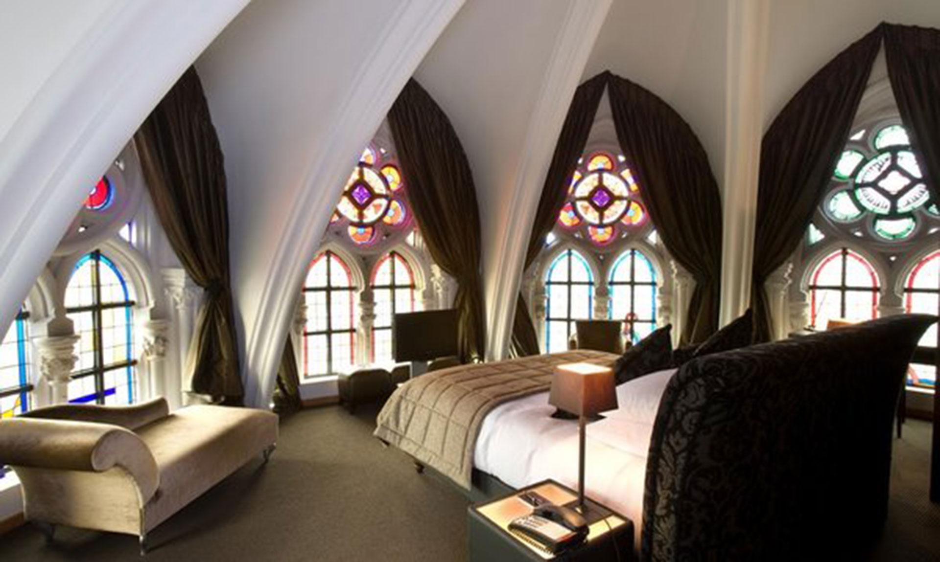 Martin's Patershof (Mechelen, Bélgica). Este hotel construido dentro de lo que era una antigua iglesia franciscana tiene cuartos adornados con sus propios vitraux
