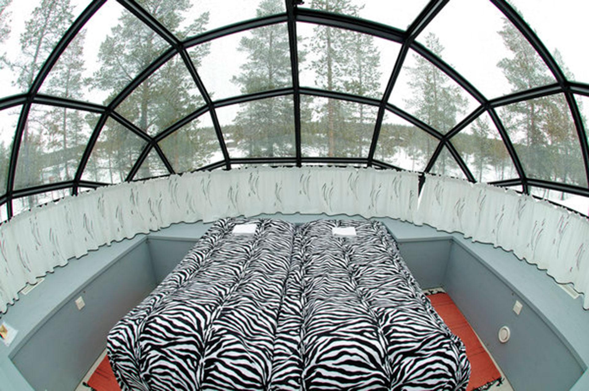 Hotel Kakslauttanen (Ivalo, Finlandia). Las habitaciones tienen tienen forma de iglú, pero son vidriadas, lo que permite apreciar las luces del norte
