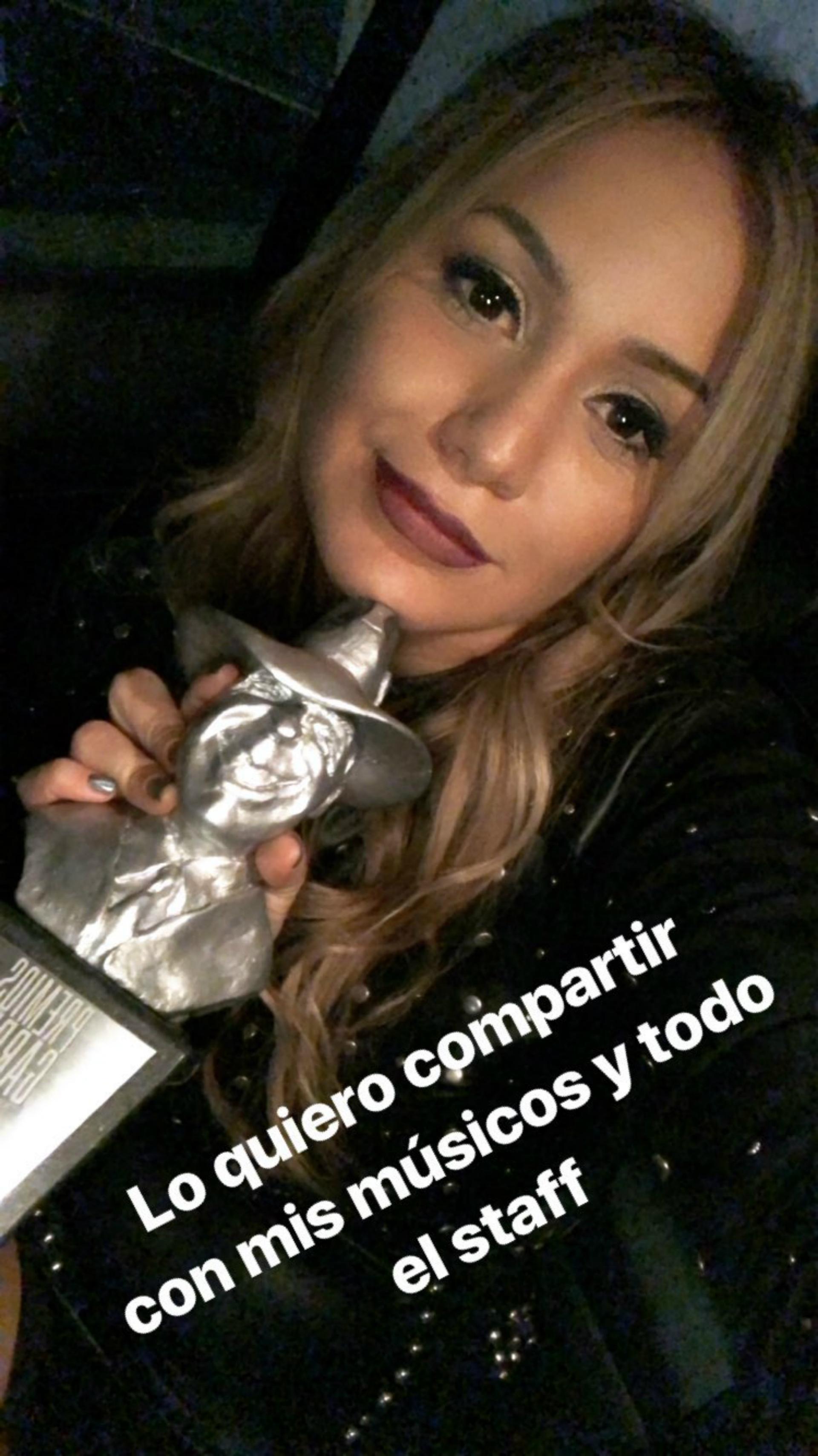 Karina con su Gardel como Mejor álbum artista femenina tropical. (Foto Instagram)