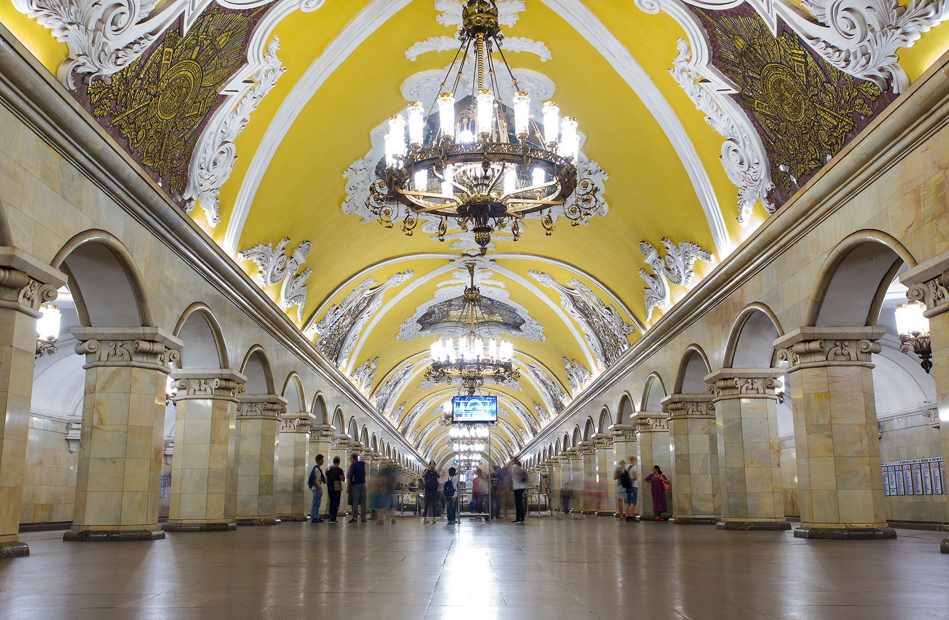 El interior del metro es una verdadera obra de arte, posee212 estaciones y una longitud de tendido subterráneo de 365 kilómetros, tercero en el mundo después de Londres y Nueva York (Getty Images)(Getty Images)