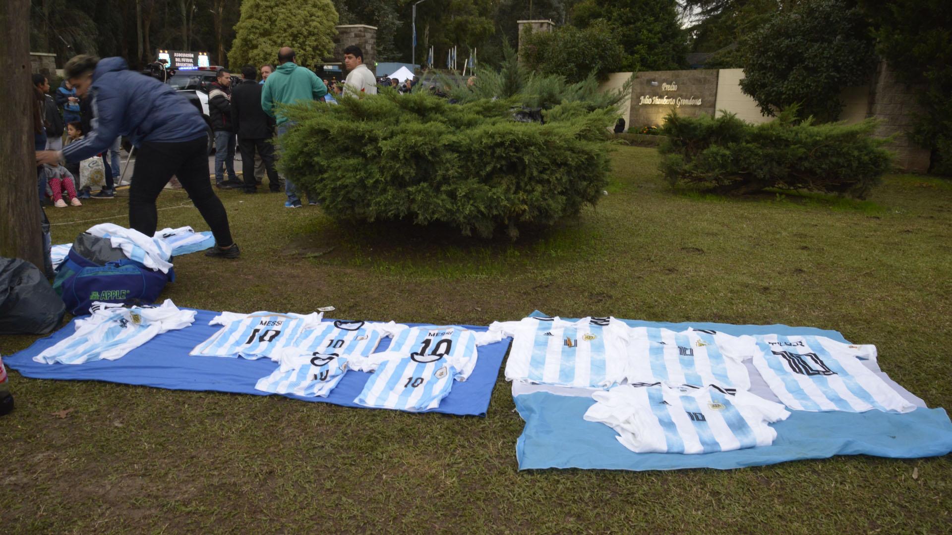 Con la 10 de Lionel Messi, las camisetas de la selección argentina que llevaron varios vendedores